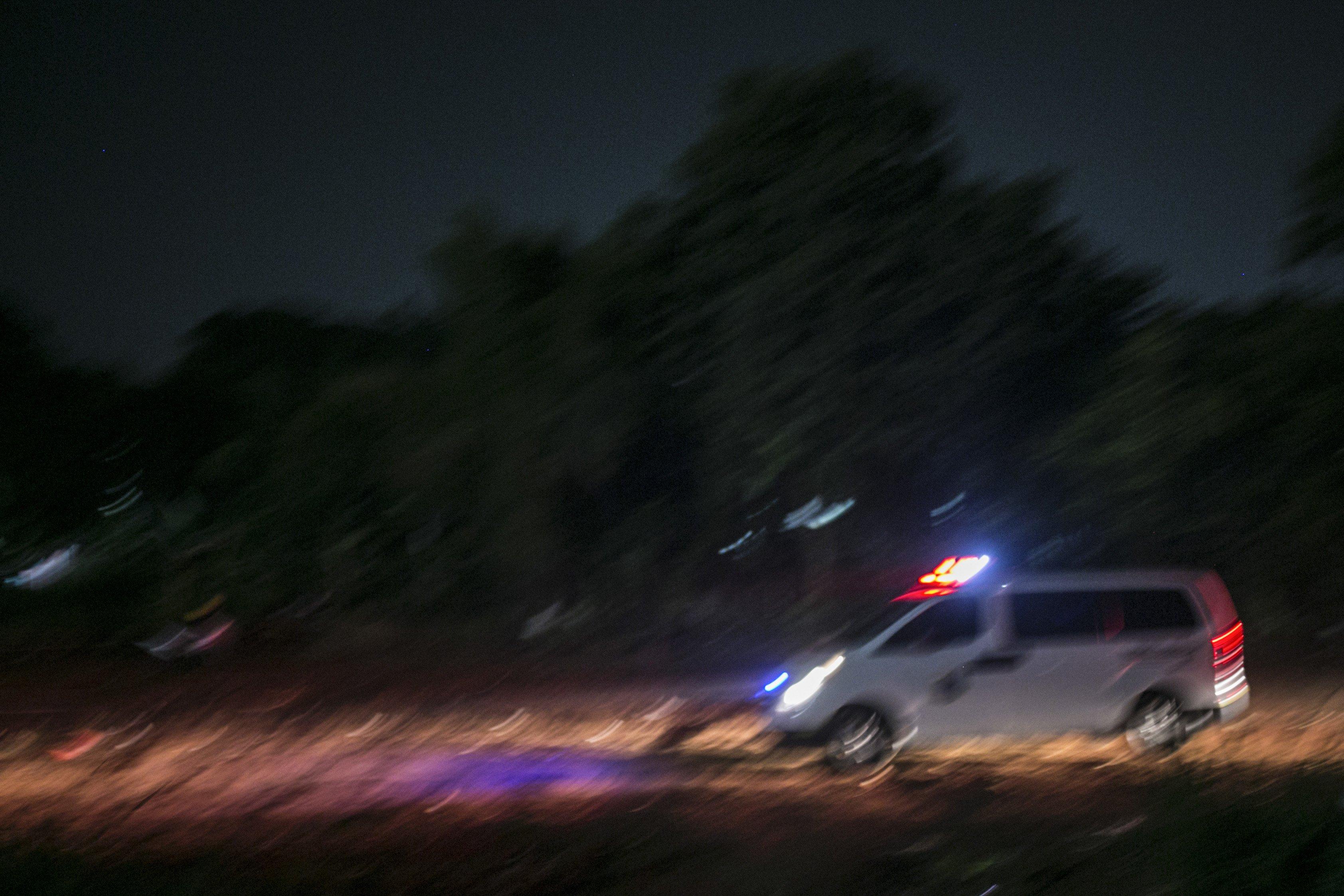 Petugas ambulan menggunakan Alat Pelindung Diri (APD) mengantar jenazah covid-19 di TPU Pondok Rangon, Jakarta, Kamis (16/7/2020).