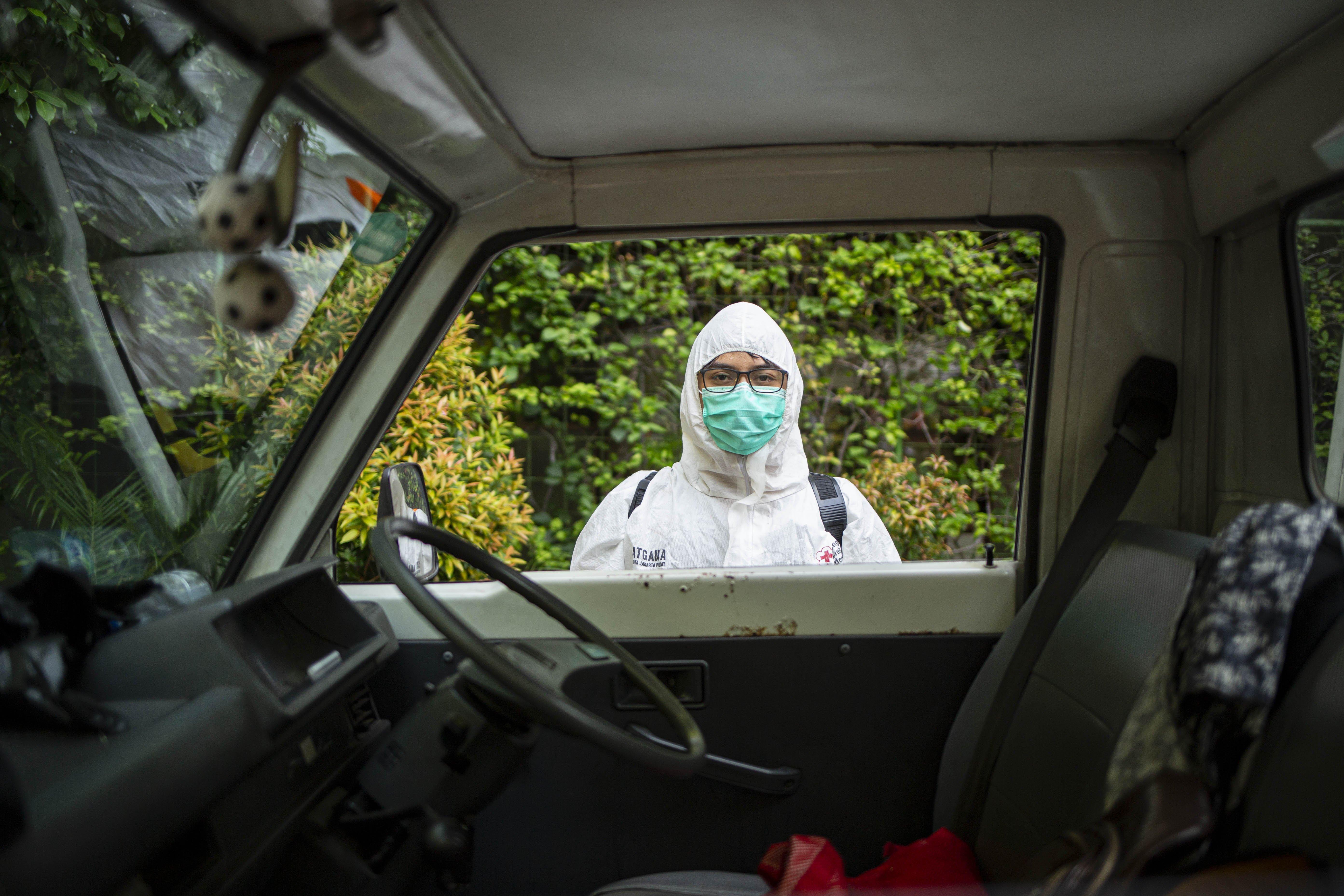 Petugas bersiap menyemprotkan disinfektan di Sekolah Dasar Negeri Kenari, Jakarta Pusat.