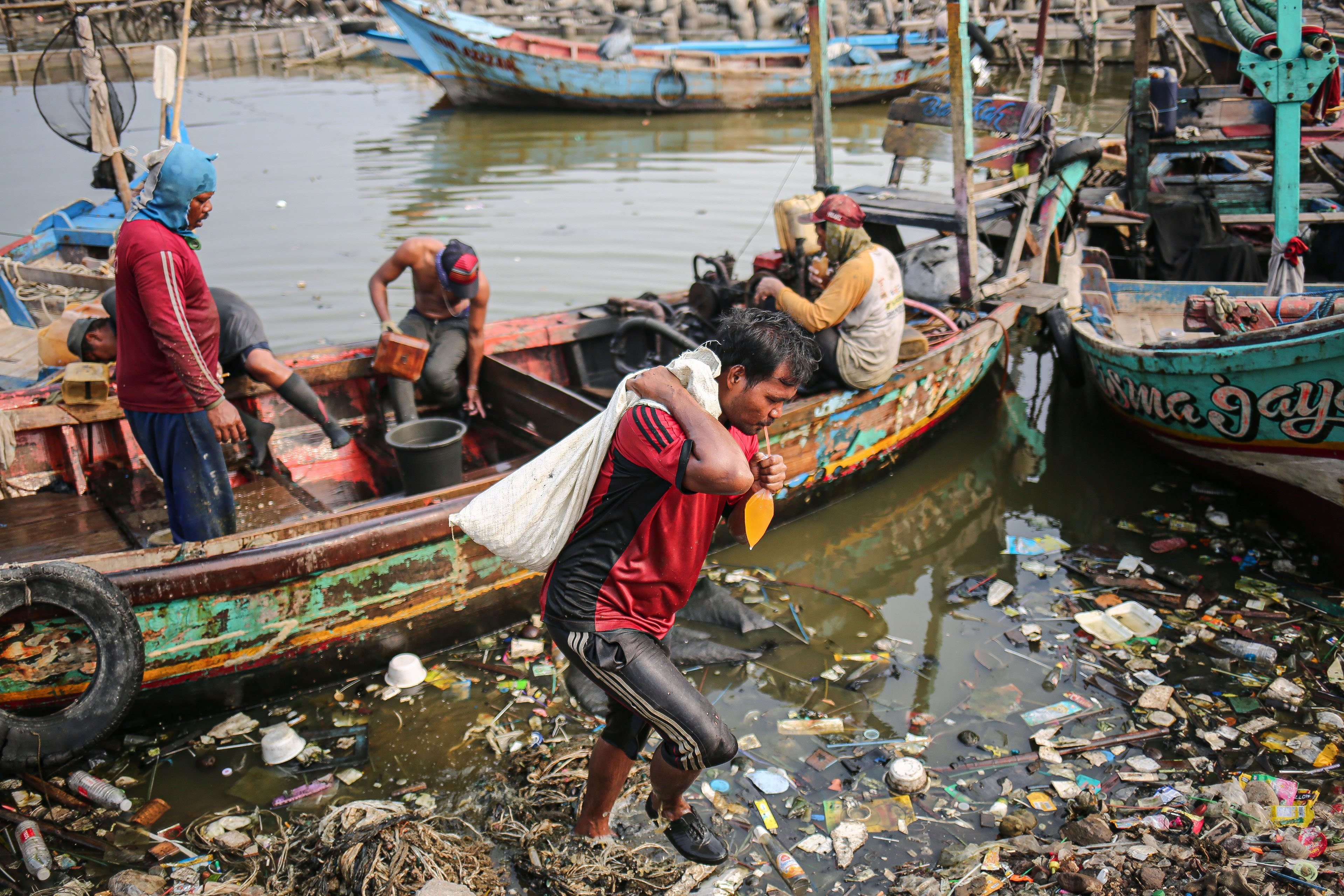 Para nelayan beraktivitas di Kampung Nelayan, Jakarta Utara, Minggu (9/8/2020). Kesatuan Nelayan Tradisional Indonesia (KNTI) mengklaim penurunan penjualan tangkapan nelayan mencapai 21 persen dan pendapatan hingga 90 persen akibat merebaknya virus covid-19.
