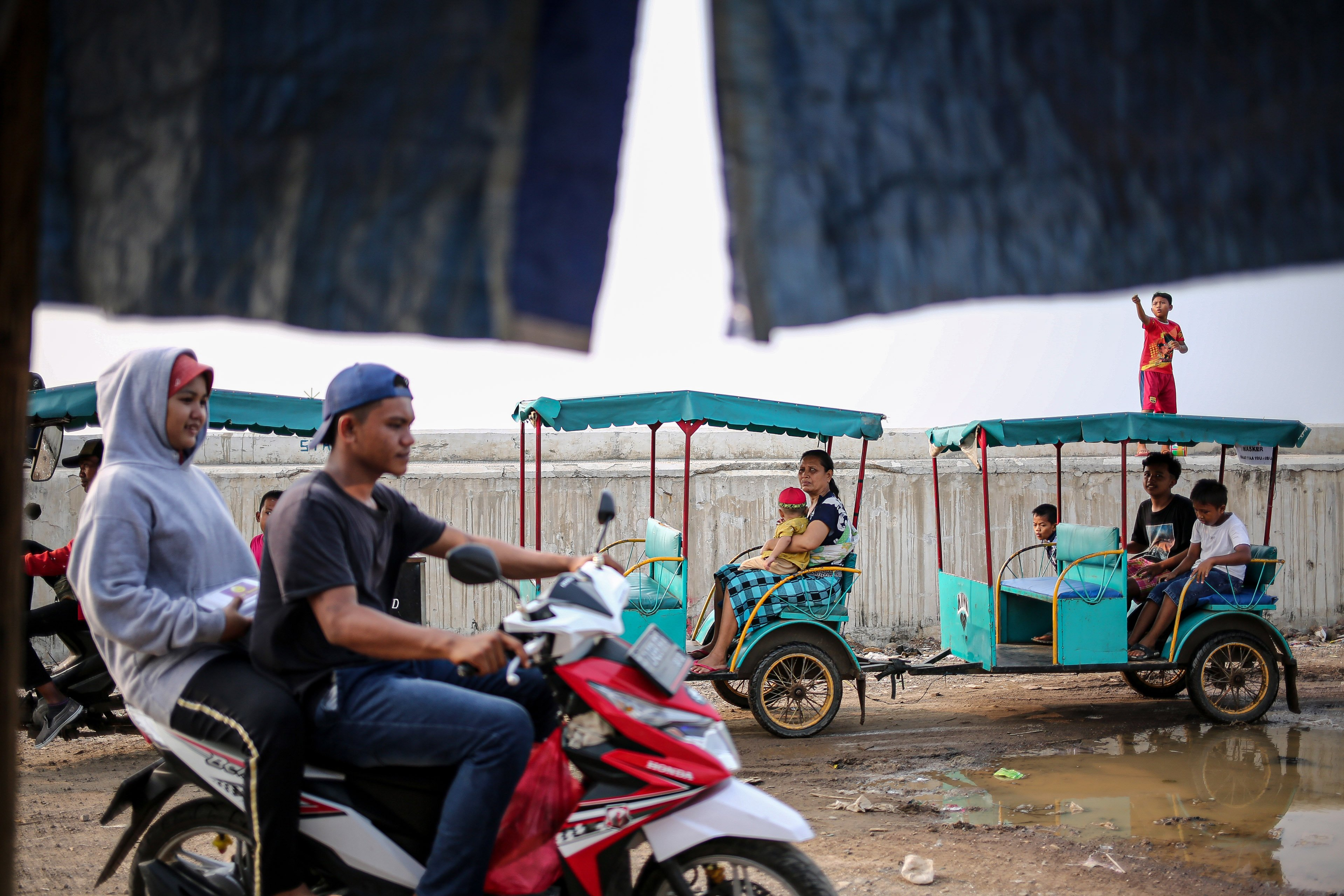 Sejumlah warga beraktivitas di Kampung Nelayan, Jakarta Utara, Minggu (9/8/2020). Kesatuan Nelayan Tradisional Indonesia (KNTI) mengklaim penurunan penjualan tangkapan nelayan mencapai 21 persen dan pendapatan hingga 90 persen akibat merebaknya virus covid-19.