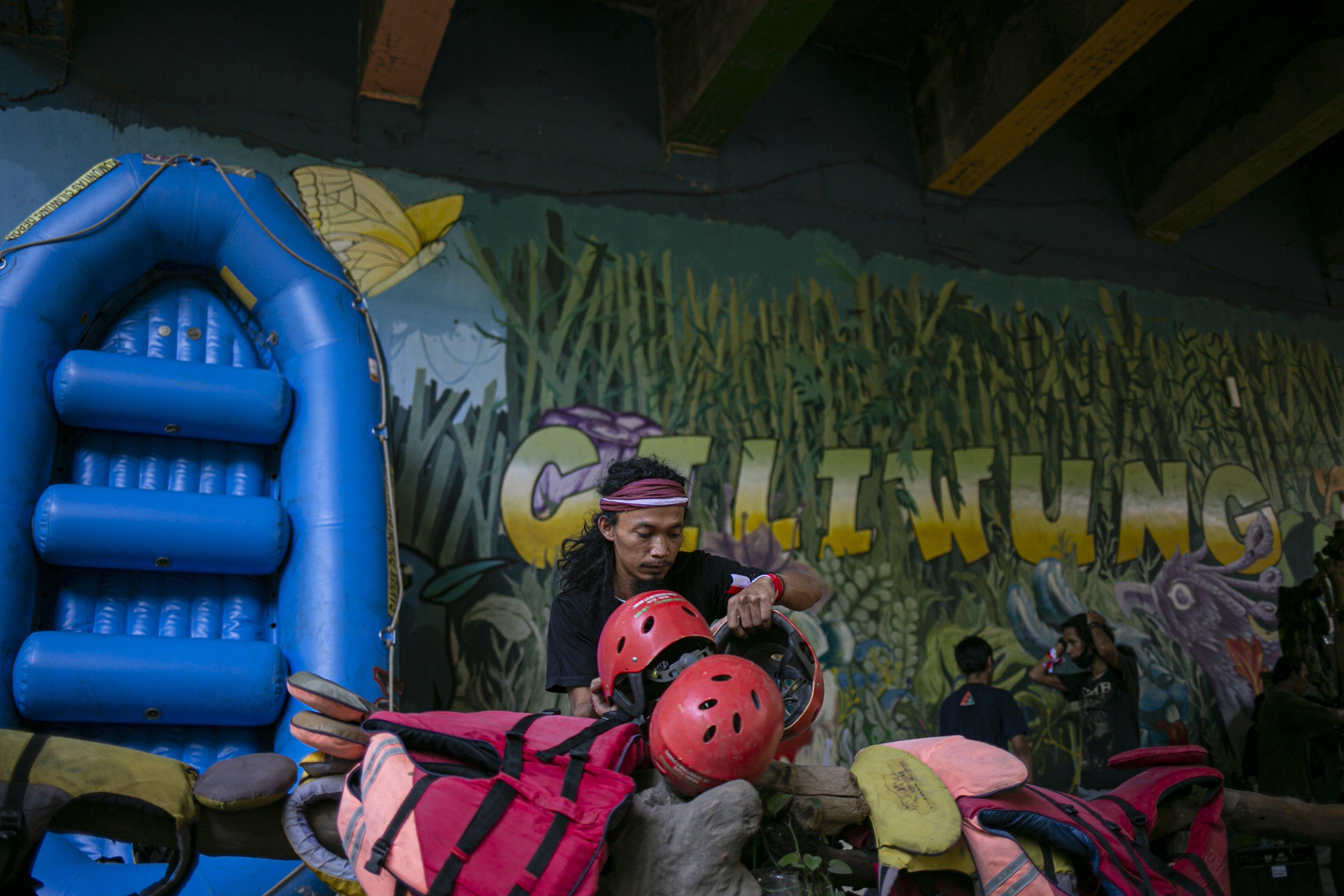 Sejumlah Anggota Komunitas Ciliwung Depok (KCD) bersiap melaksanakan rangakai upacara bendera dalam rangka memperingati HUT ke-75 Kemerdekaan Republik Indonesia di Sungai Ciliwung, GDC, Depok, Jawa Barat, Senin (17/8/2020). Pengibaran bendera yang dilakukan di tengah Sungai Ciliwung tersebut merupakan agenda tahunan yang bertujuan agar pemerintah serta masyarakat lebih memperhatikan dan menjaga kondisi Sungai Ciliwung.