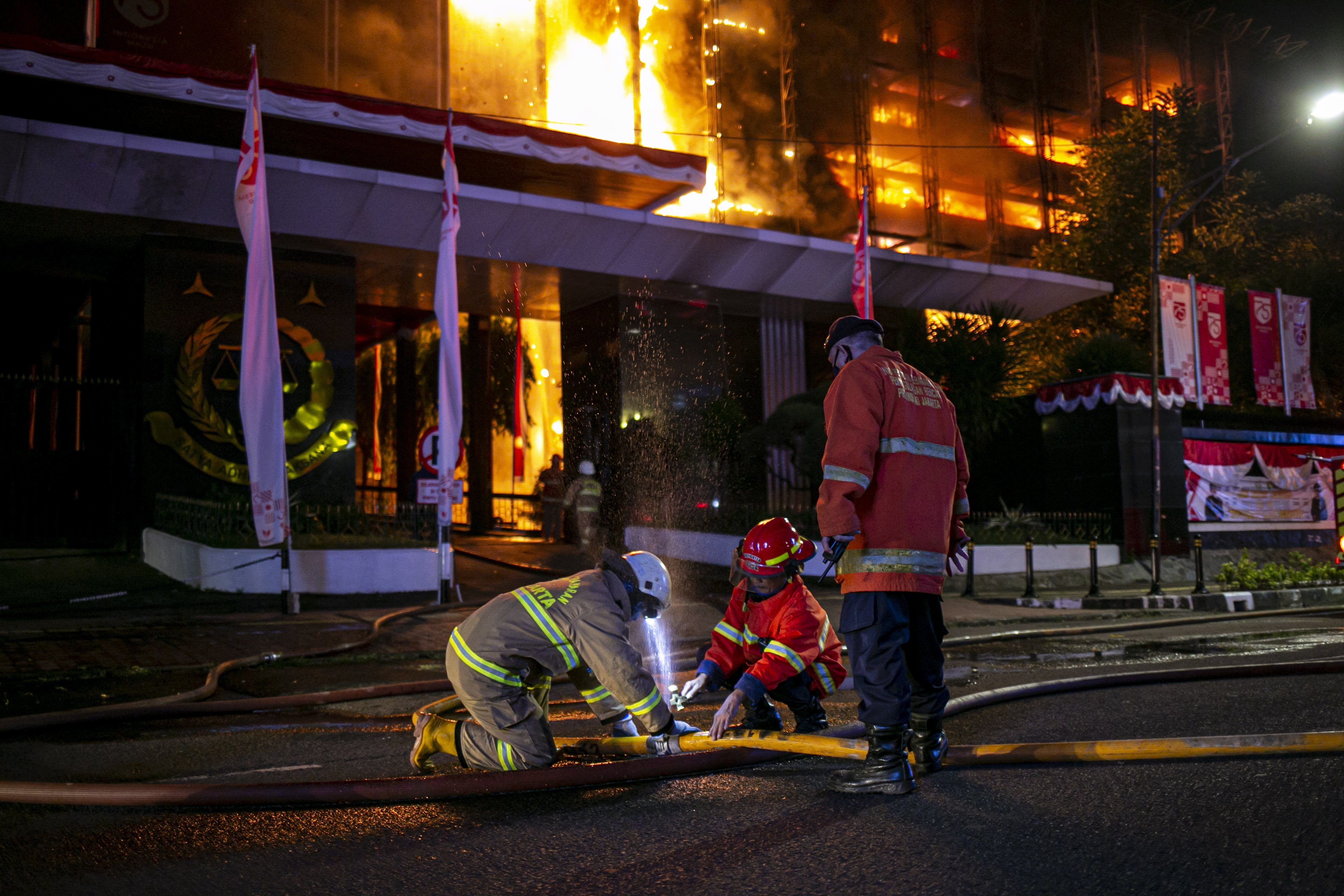 Petugas pemadam kebakaran berusaha memadamkan api yang membakar Gedung Kejaksaan Agung Republik Indonesia di Jl. Sultan Hasanuddin Dalam, Jakarta Selatan, Sabtu (22/8/2020). Informasi awal api muncul pertama kali di lantai enam gedung utama Kejaksaan Agung RI. Api semakin membesar sejak pertama kali mulai menyala sekitar pukul 19.10 WIB. Sejauh ini, lebih dari 20 unit mobil pemadam kebakaran dikerahkan untuk memadamkan api.