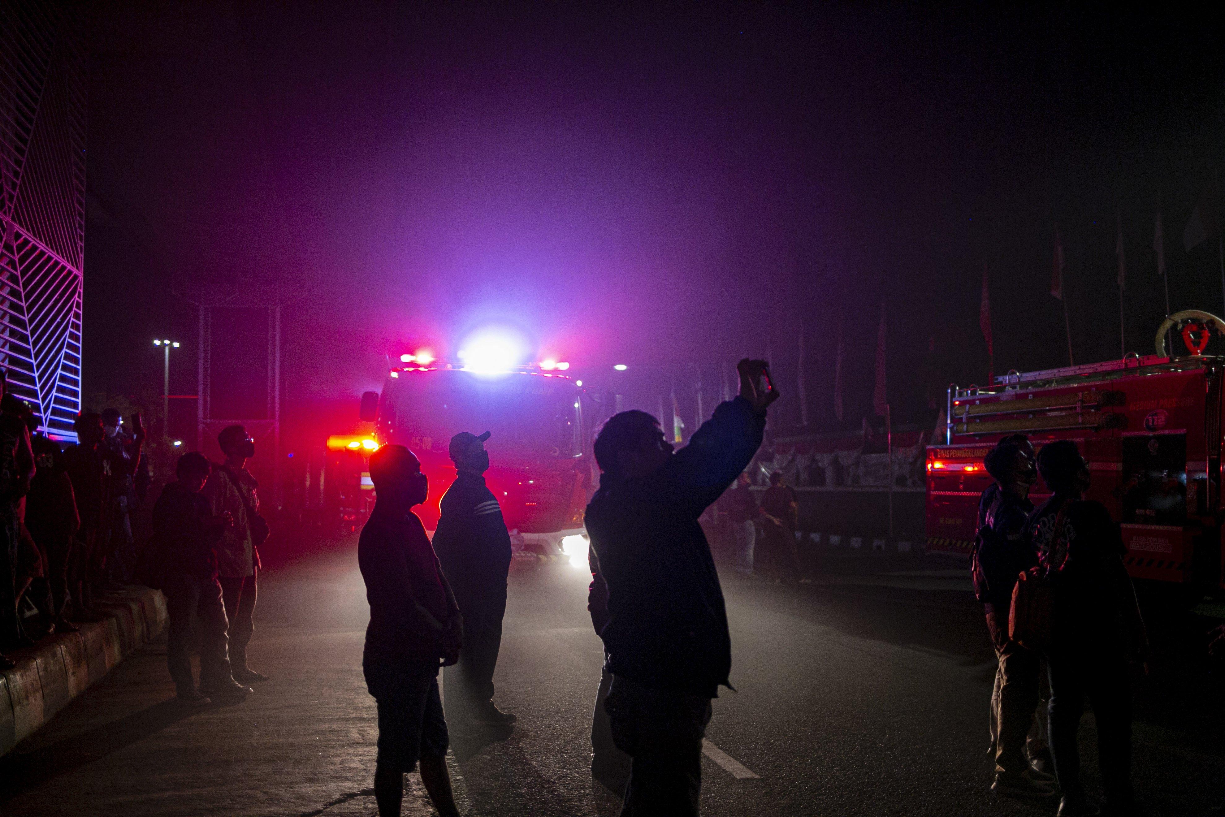 Sejumlah warga mengabadikan kebakaran Gedung Kejaksaan Agung Republik Indonesia di Jl. Sultan Hasanuddin Dalam, Jakarta Selatan, Sabtu (22/8/2020). Informasi awal api muncul pertama kali di lantai enam gedung utama Kejaksaan Agung RI. Api semakin membesar sejak pertama kali mulai menyala sekitar pukul 19.10 WIB. Sejauh ini, lebih dari 20 unit mobil pemadam kebakaran dikerahkan untuk memadamkan api.