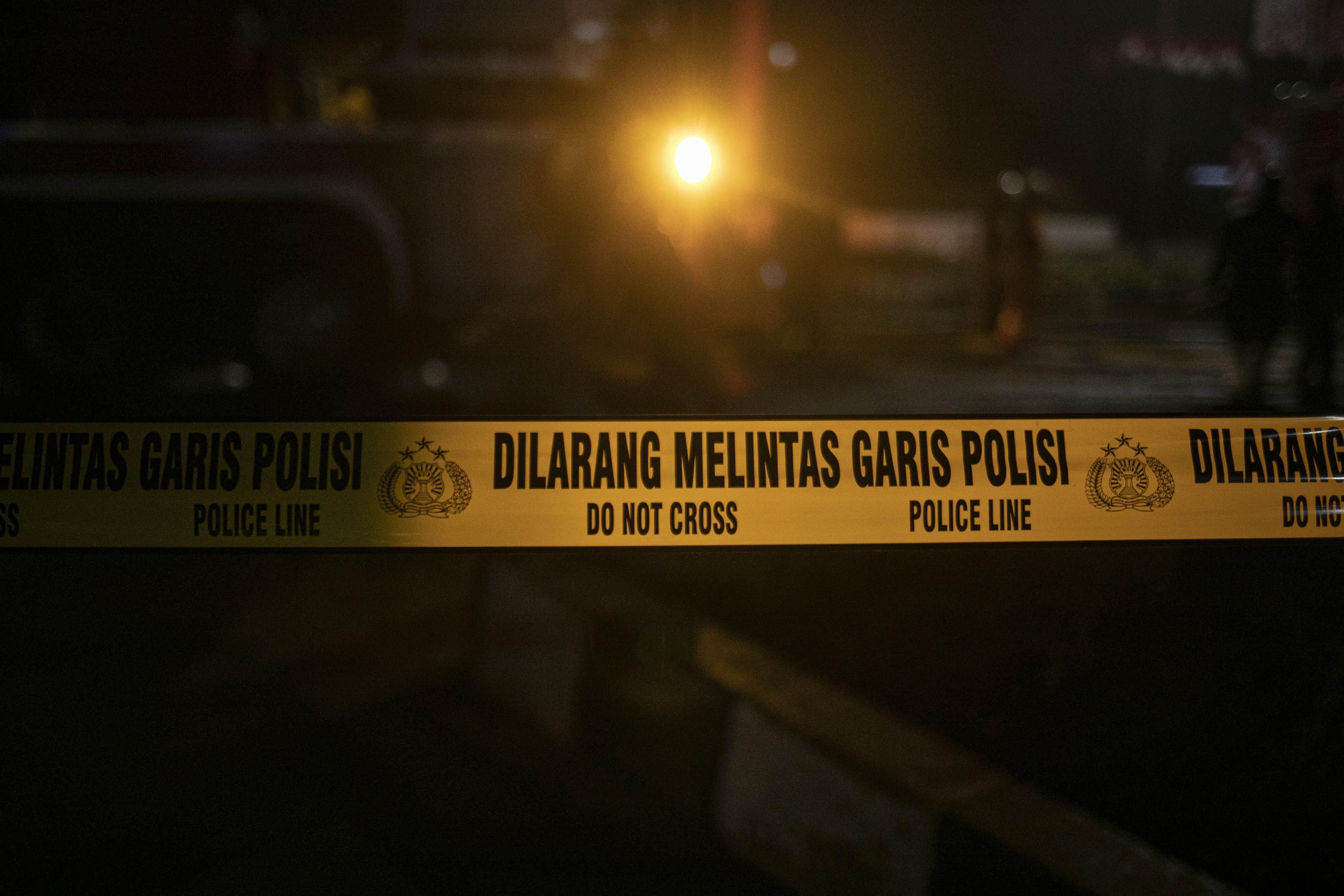 Petugas memasang garis polisi di lokasi kebakaran Gedung Kejaksaan Agung Republik Indonesia di Jl. Sultan Hasanuddin Dalam, Jakarta Selatan, Sabtu (22/8/2020). Informasi awal api muncul pertama kali di lantai enam gedung utama Kejaksaan Agung RI. Api semakin membesar sejak pertama kali mulai menyala sekitar pukul 19.10 WIB. Sejauh ini, lebih dari 20 unit mobil pemadam kebakaran dikerahkan untuk memadamkan api.