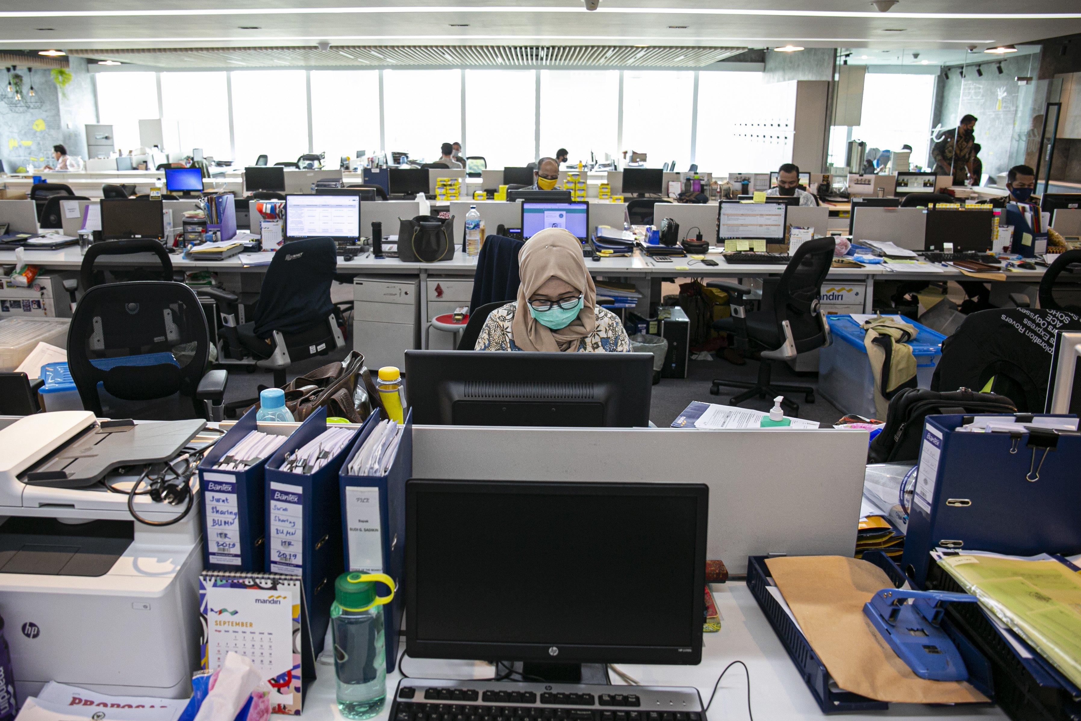 Karyawan melakukan aktivitas di perkantoran Bank Mandiri, Jakarta Pusat, Senin (14/9/2020). Sementara itupada PSBBJakarta diperketat ini, Anies turut mengatur kapasitas perkantoran di DKI, baik pemerintah maupun swasta untuk 2 pekan ke depan diatur sebesar 25 persen.