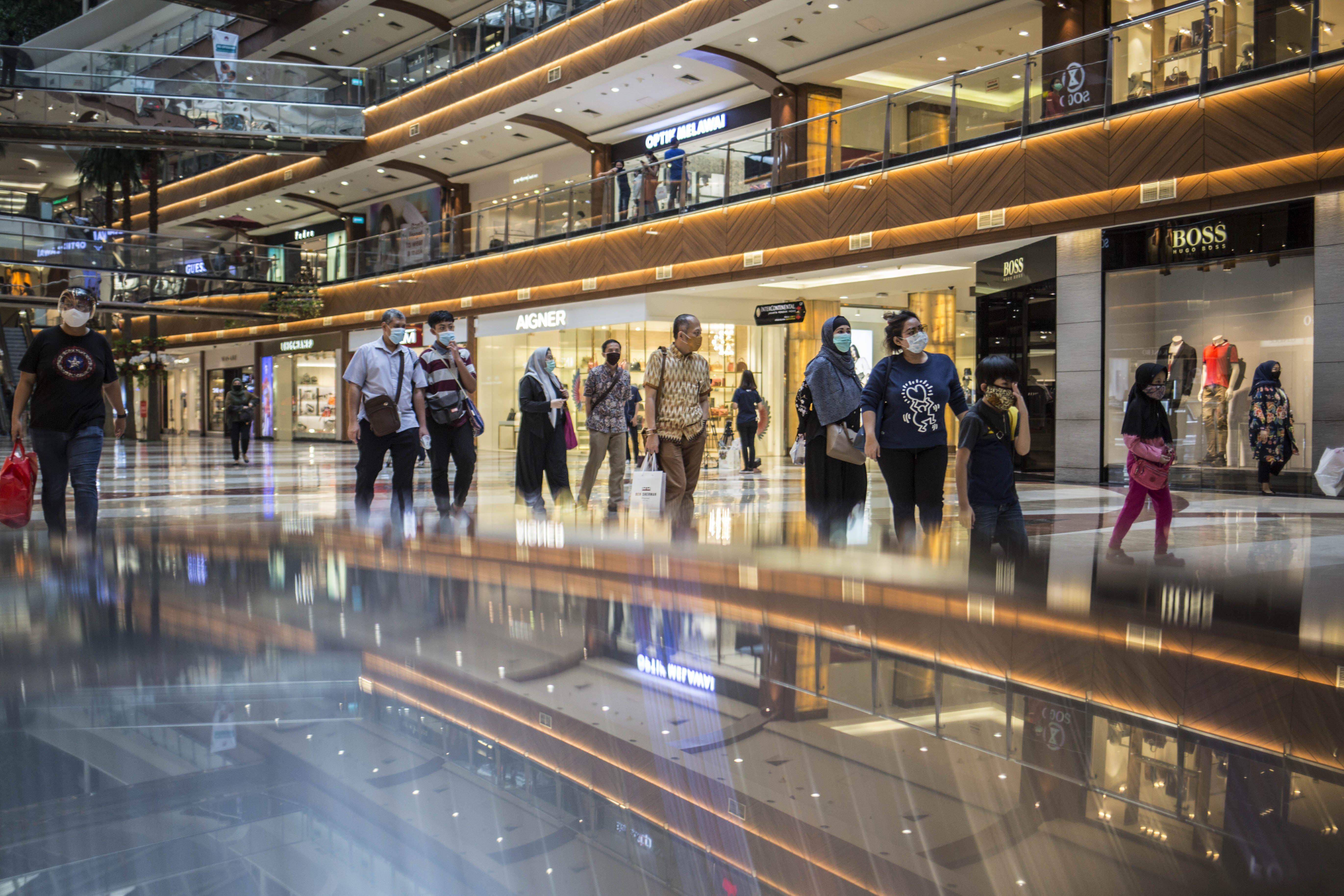 Warga berbelanja di Pondok Indah Mall, Jakarta Selatan. Tak hanya itu, 'keleluasaan' juga diberikan Pemprov DKI Jakarta dengan tetap mengizinkan pasar dan pusat perbelanjaan (mal) tetap buka pada PSBB. Meski demikian, Pemprov DKI ancam menutup seluruh operasional di tempat-tempat yang disebutkan di atas apabila terdapat kasus positif covid-19.