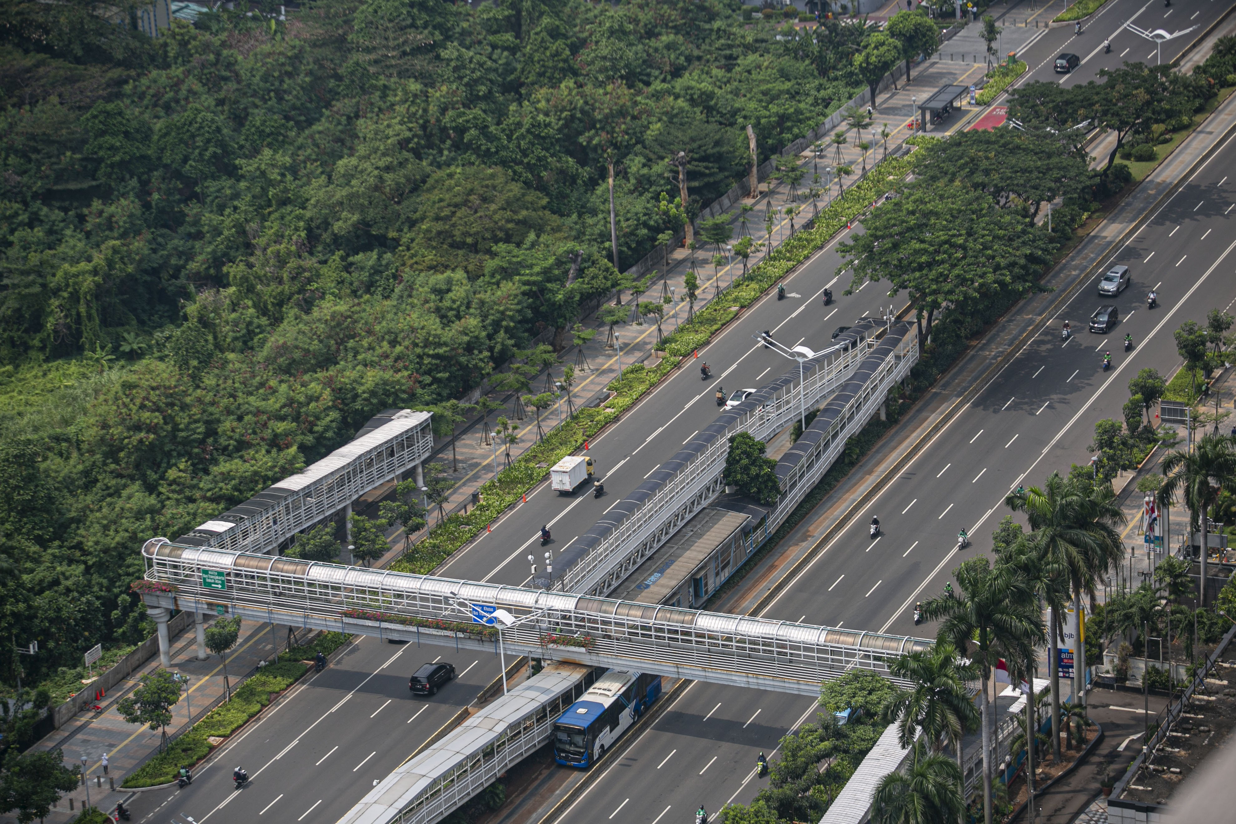 Lalu lintas terlihat lenggang di Jalan Sudirman-Thamrin, Jakarta Pusat, Senin (14/9/2020). Peraturan tersebut dikeluarkan Anies dilatarbelakangilonjakan kasus positif corona yang naik signifikan di Jakarta dalam 12 hari terakhir. Pelaksanaan PSBB ini nantinya akan berlaku terhitung sejak hari ini hingga dua pekan mendatang.