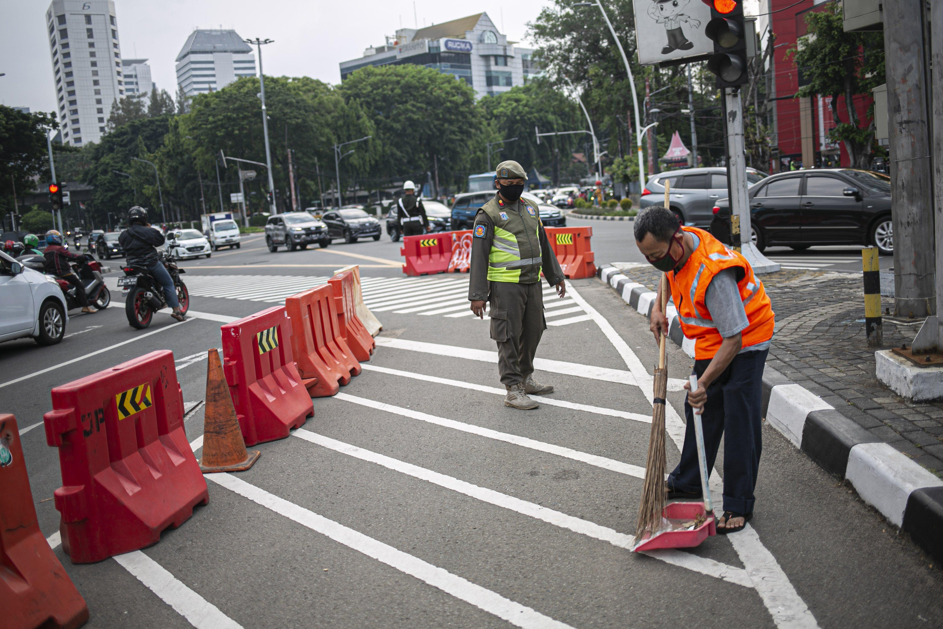 Warga pelanggar PSBB diberi sanksi menyapu jalan di Kawasan Tugu Tani, Jakarta Pusat, Senin (14/9/2020). Meski demikian, PSBB jilid II ini memiliki sejumlah aspek pembatasan yang berbeda bila dibandingkan dengan pelaksanaan yang dilakukan pada awal April. Sebab, ada beberapa area yang diizinkan beroperasi meski sangat terbatas.