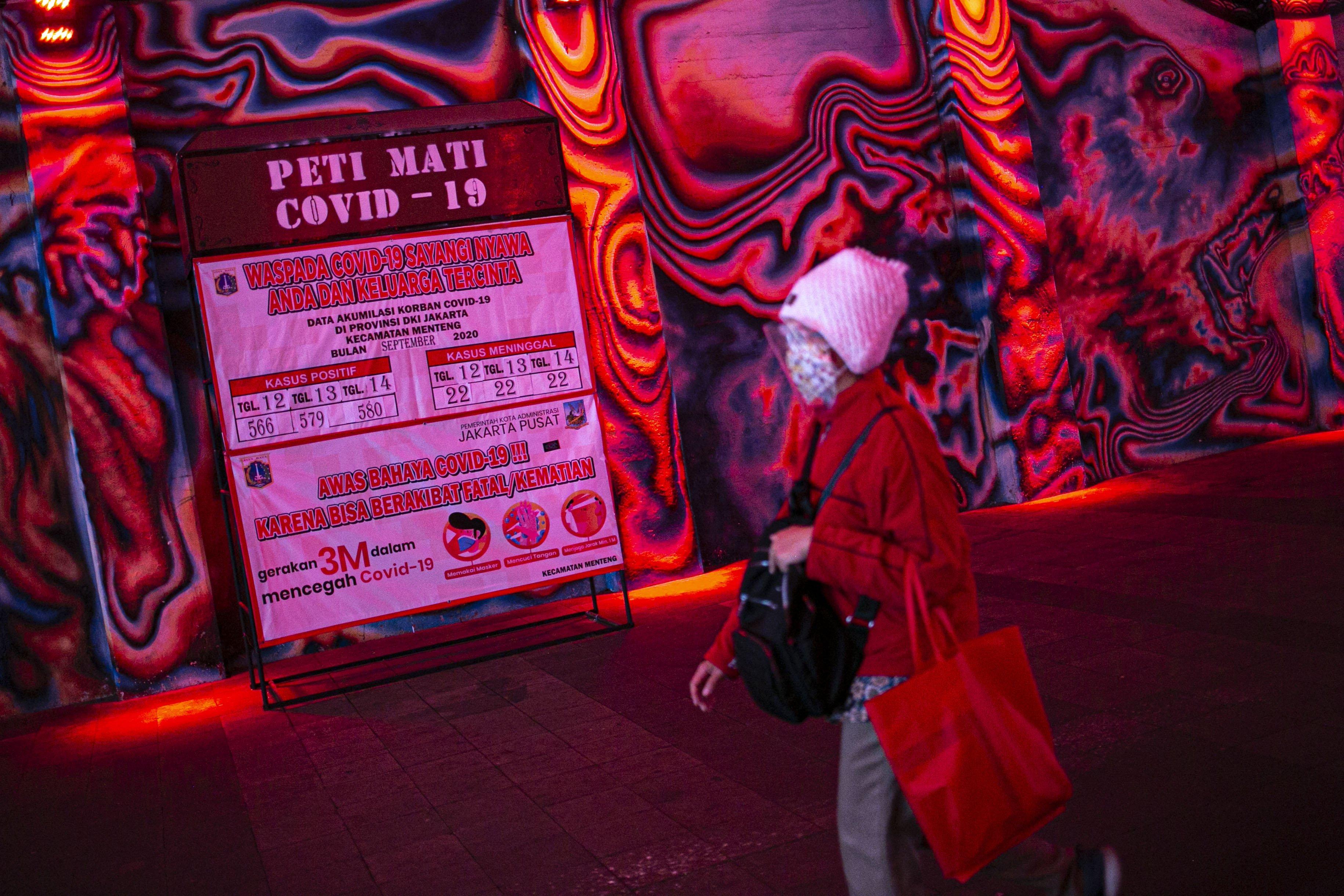 Warga melintasi instalasi peti mati covid-19 di Terowongan Kendal, Jakarta Pusat, Senin (14/9/2020). Sebelumnya. saat mengumumkan PSBBJakarta diperketat,Anies menyatakan kasus Covid-19 di ibu kota RI itu terbilang mengkhawatirkan. Tambahan kasus harian di Jakarta dalam beberapa hari terakhir mencapai angka 1.000 kasus.