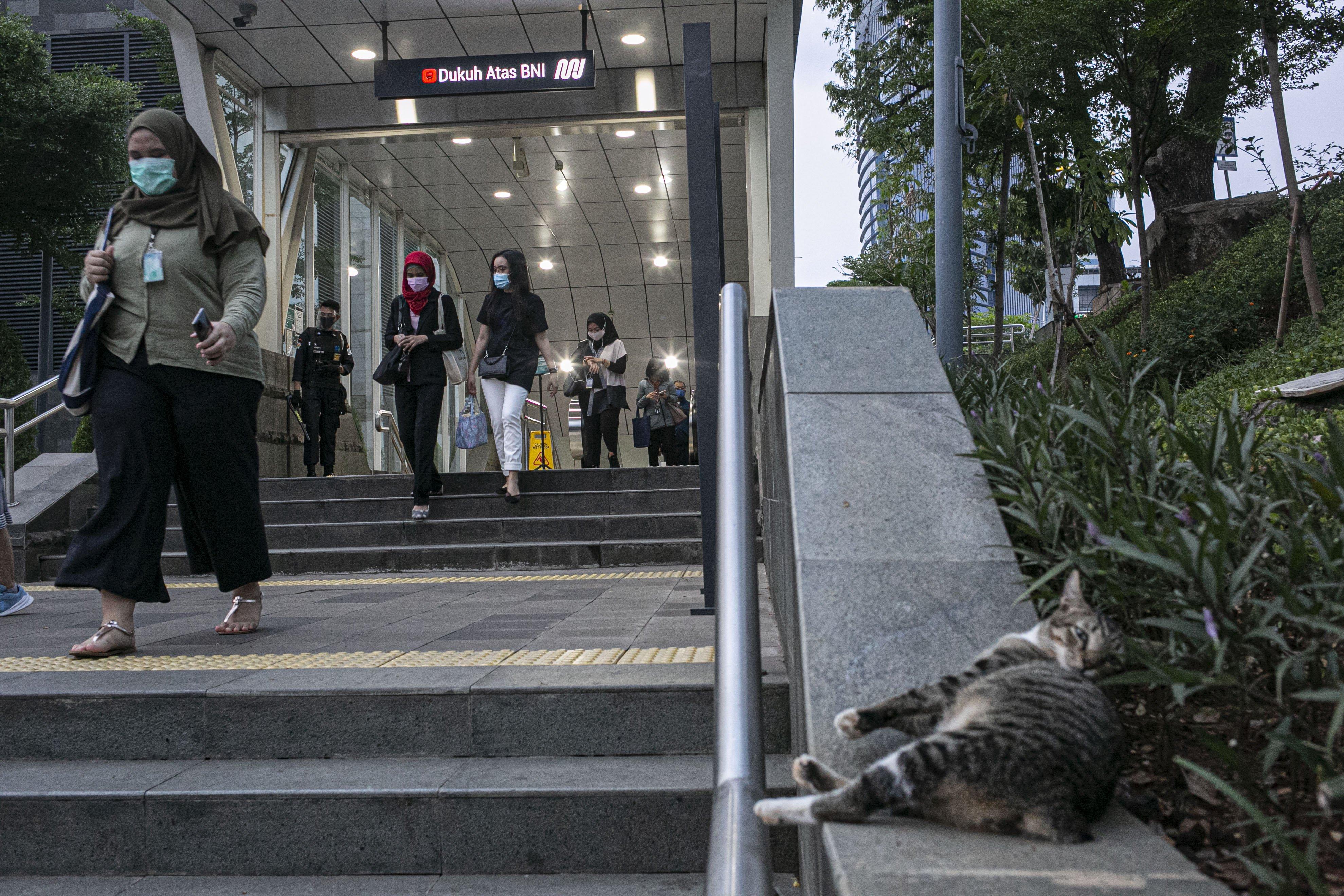 Sejumlah pekerja keluar dari Stasiun MRT Dukuh Atas, Jakarta Pusat, Senin (14/9/2020). Sebelumnya. saat mengumumkan PSBBJakarta diperketat,Anies menyatakan kasus Covid-19 di ibu kota RI itu terbilang mengkhawatirkan. Tambahan kasus harian di Jakarta dalam beberapa hari terakhir mencapai angka 1.000 kasus.