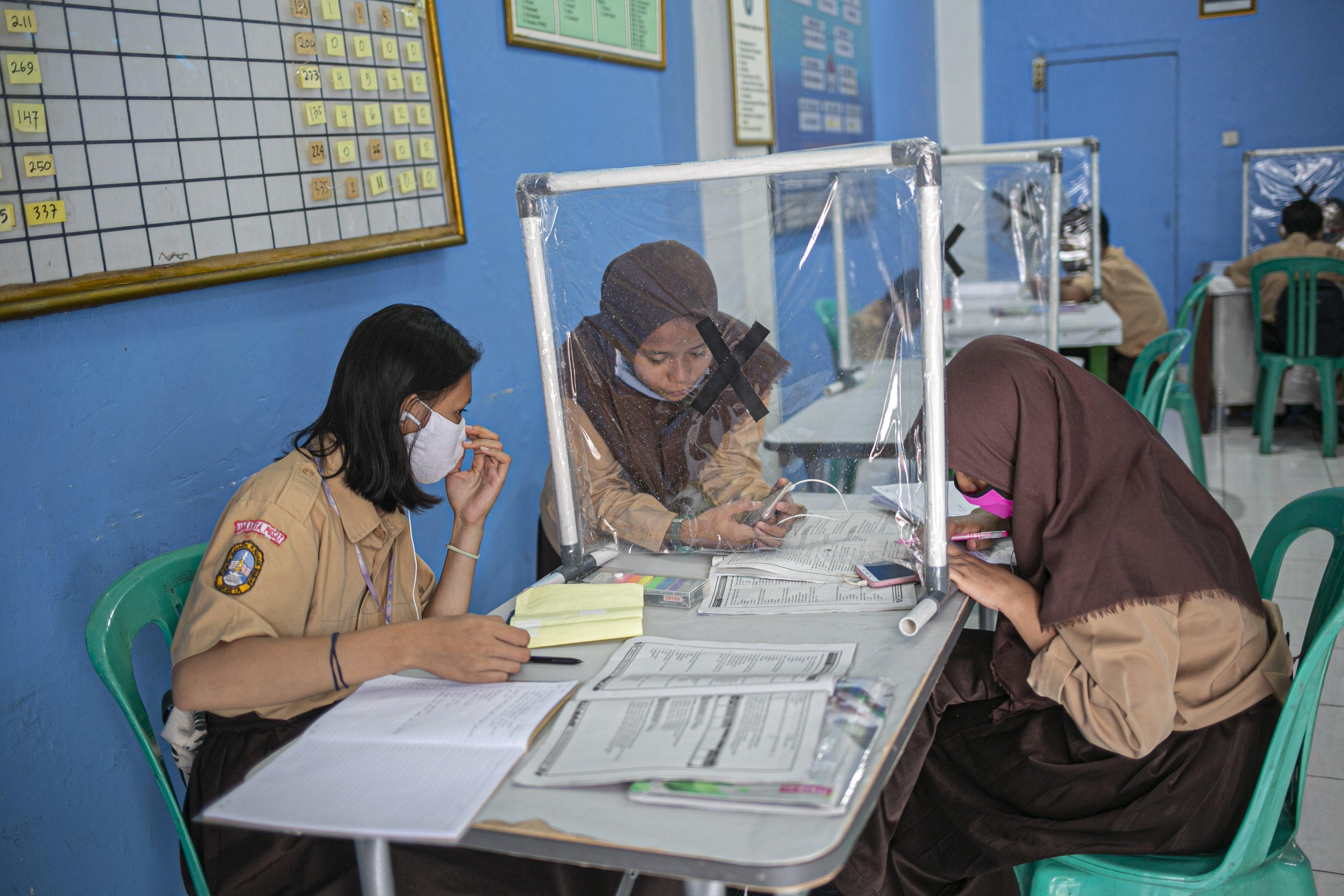 Sejumlah Pelajar dari berbagai tingkat sekolah mengikuti proses Pembelajaran Langsung Jarak Jauh (PLJJ) dengan memanfaatkan internet gratis dari Pemprov DKI Jakarta di Kantor Sekretariat warga, Kelurahan Galur, Johar Baru Jakarta Pusat.