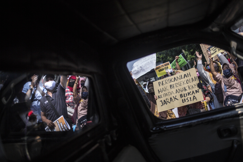 Sejumlah orang tua muri berunjuk rasa di Depan kantor Kemendikbud, Jakarta Pusat, Senin (29/6/2020). Tunjuk rasa yang diikuti ratusan orang tua murid tersebut menuntut penghapusan syarat usia dalam Penerimaan Peserta Didik Baru (PPDB) DKI Jakarta.