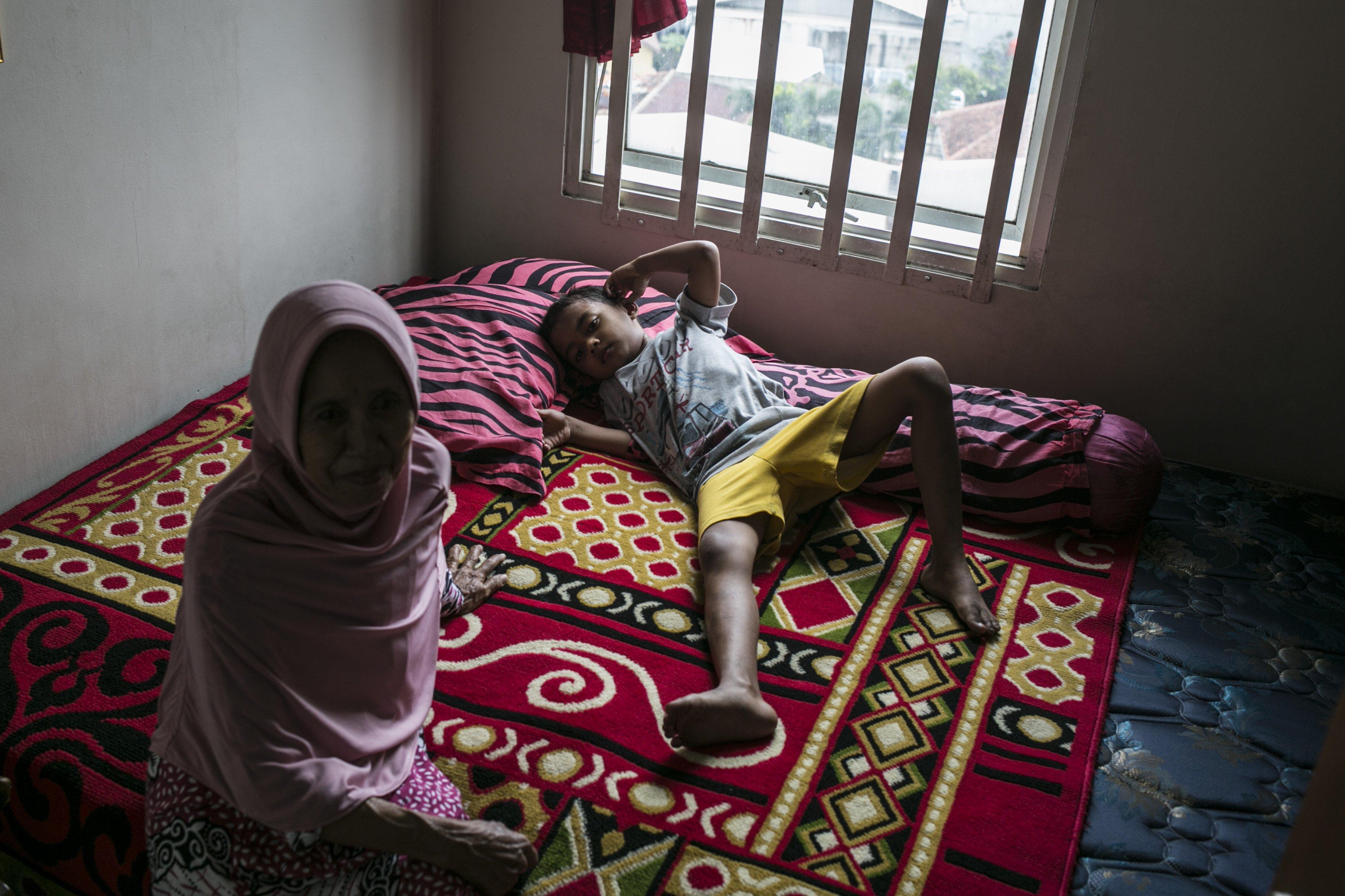 Salah satu siswa Sekolah Dasar (SD) beristirahat di Rusun Jatinegara, Jakarta Timur.