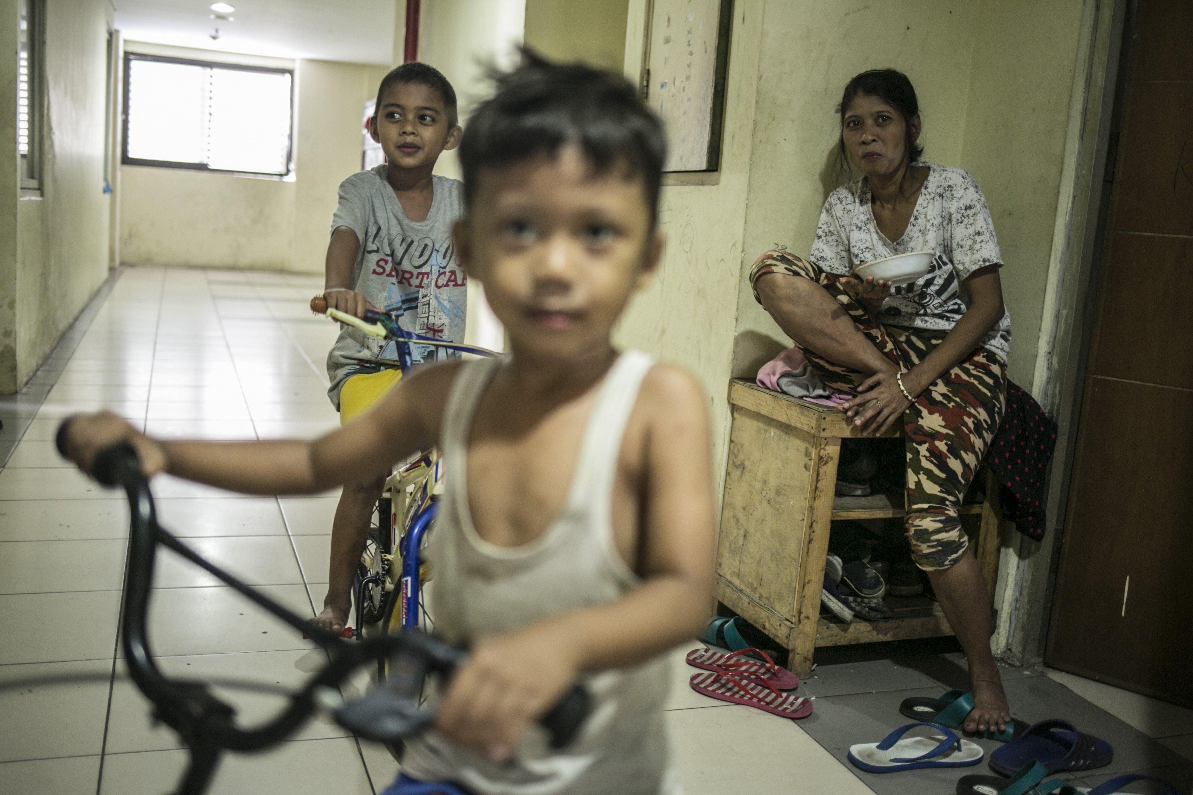 Anak-anak bermain sedepa di lorong Rusun Jatinegara, Jakarta Timur.