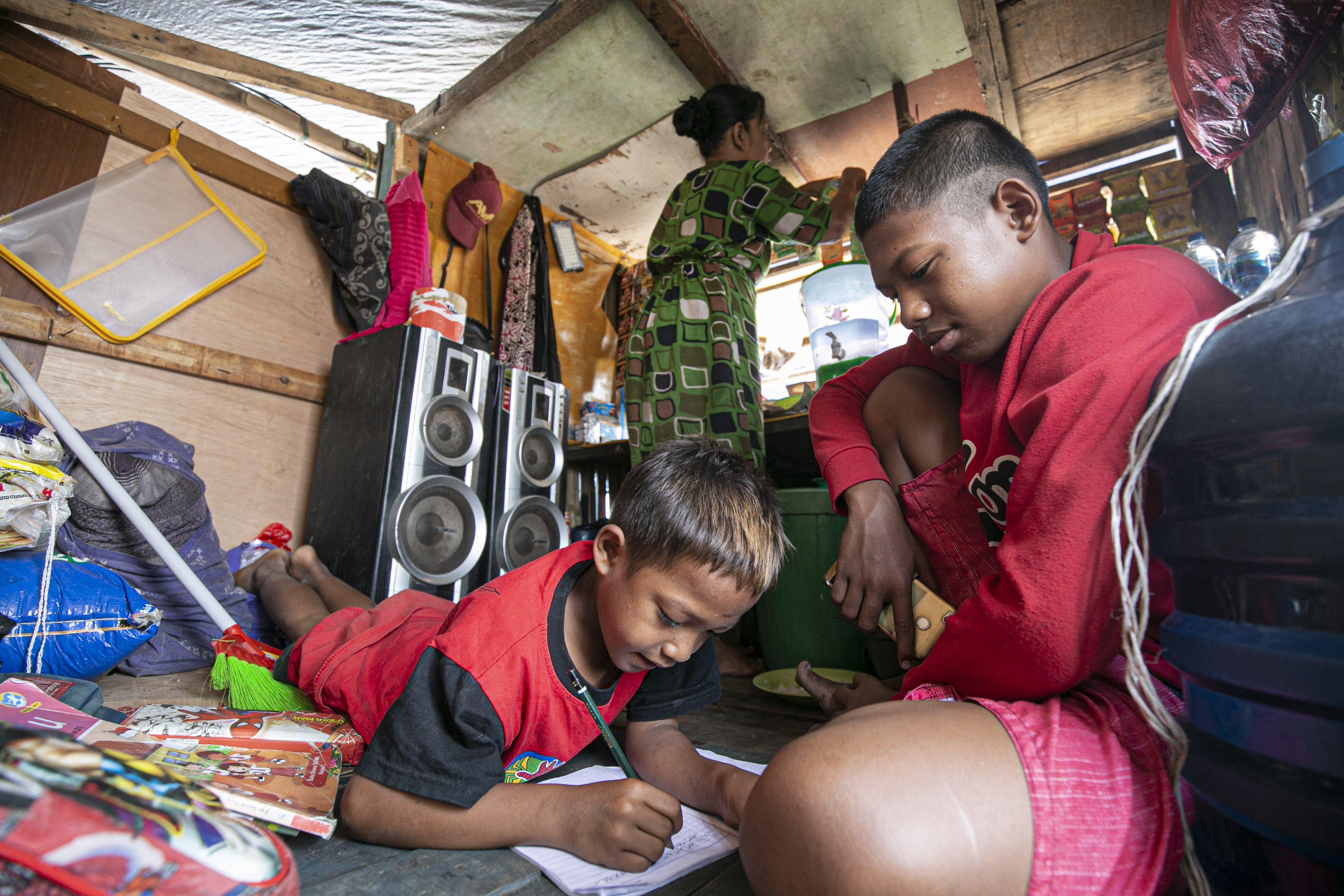 Syihabudin (13) mengikuti proses belajar secara online di pesisir Kampung Nelayan, Jakarta Utara, Minggu (9/8/2020).