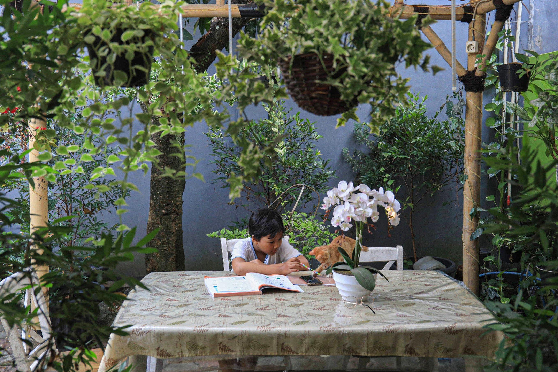Aretha Faradina Mecca (9) bersiap belajar di rumahnya di kawasan Ciledug, Tangerang, Banten, Minggu (26/7/2020). Komisi Perlindungan Anak Indonesia (KPAI) merilis hasil survei pemenuhan hak dan perlindungan anak di masa pandemi COVID-19 bahwa banyak anak yang bosan belajar di rumah. Sehingga ada 74 persen anak yang disurvei ingin kembali belajar di sekolah