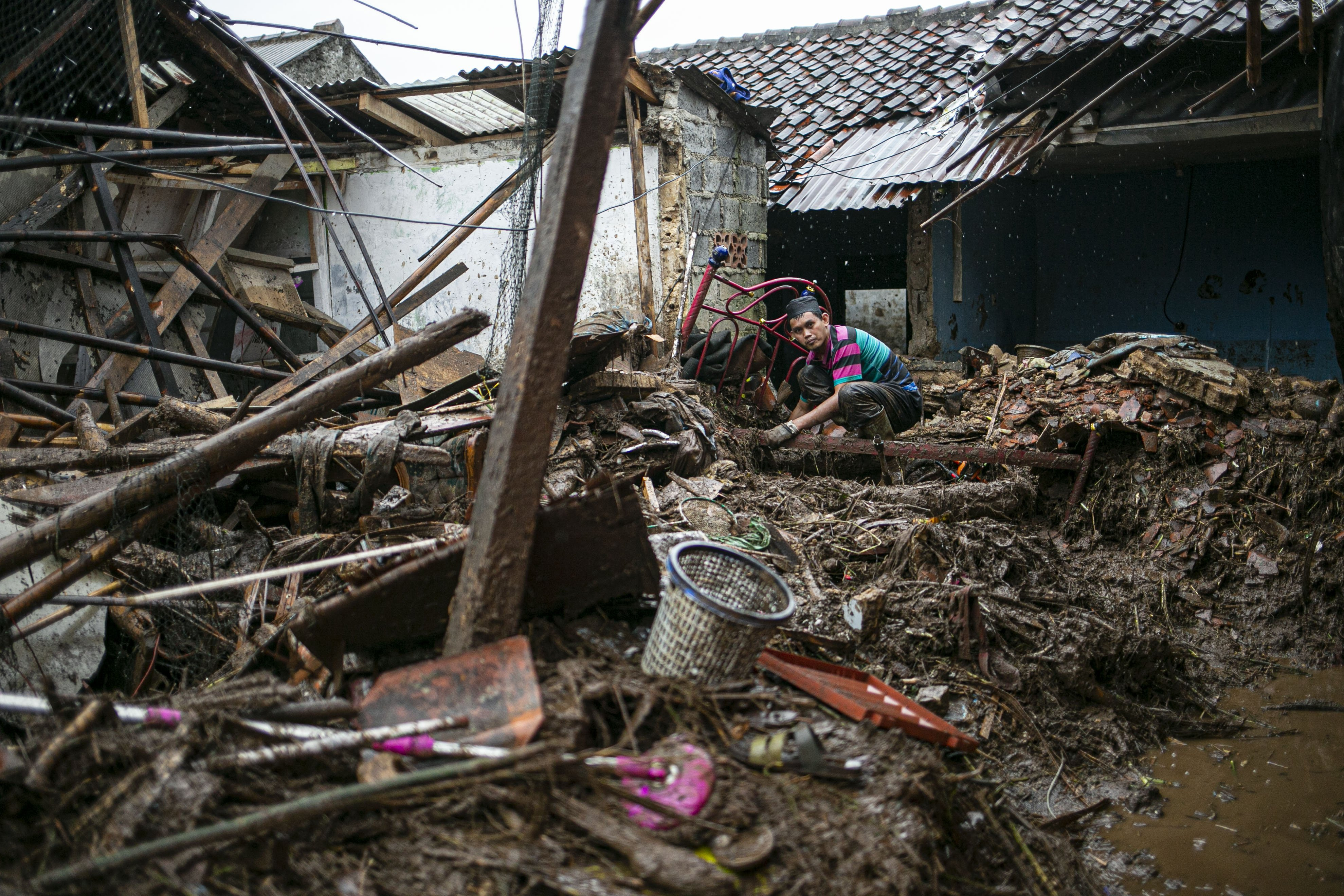 Warga mencari barang yang tersisa akibat banjir bandang di Kampung Cibuntu, Desa Pasawahan, Kecamatan Cicurug, Sukabumi, Jawa Barat, Selasa (22/9/2020). Data sementara yang dikeluarkan Badan Penanggulangan Bencana Daerah Kabupaten Sukabumi, Jawa Barat, dampak akibat banjir bandang yang terjadi di Kecamatan Cicurug, Senin (21/9), mengakibatkan 12 rumah hanyut dan 85 rumah terendam.