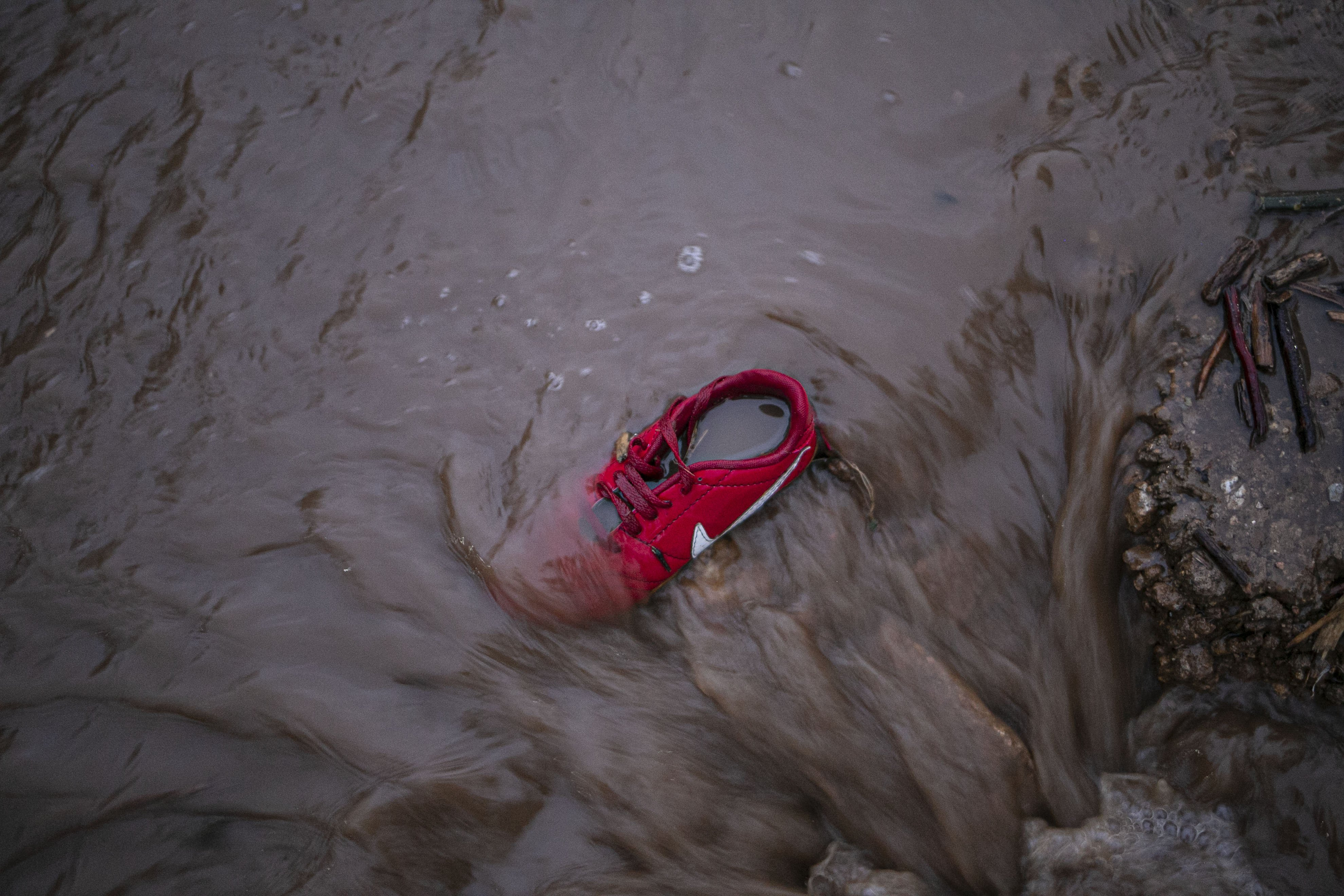 Kondisi Kampung Cibuntu, Desa Pasawahan, Kecamatan Cicurug, Sukabumi, Jawa Barat yang diterjang banjir bandang Selasa (22/9/2020). Data sementara yang dikeluarkan Badan Penanggulangan Bencana Daerah Kabupaten Sukabumi, Jawa Barat, dampak akibat banjir bandang yang terjadi di Kecamatan Cicurug, Senin (21/9), mengakibatkan 12 rumah hanyut dan 85 rumah terendam.