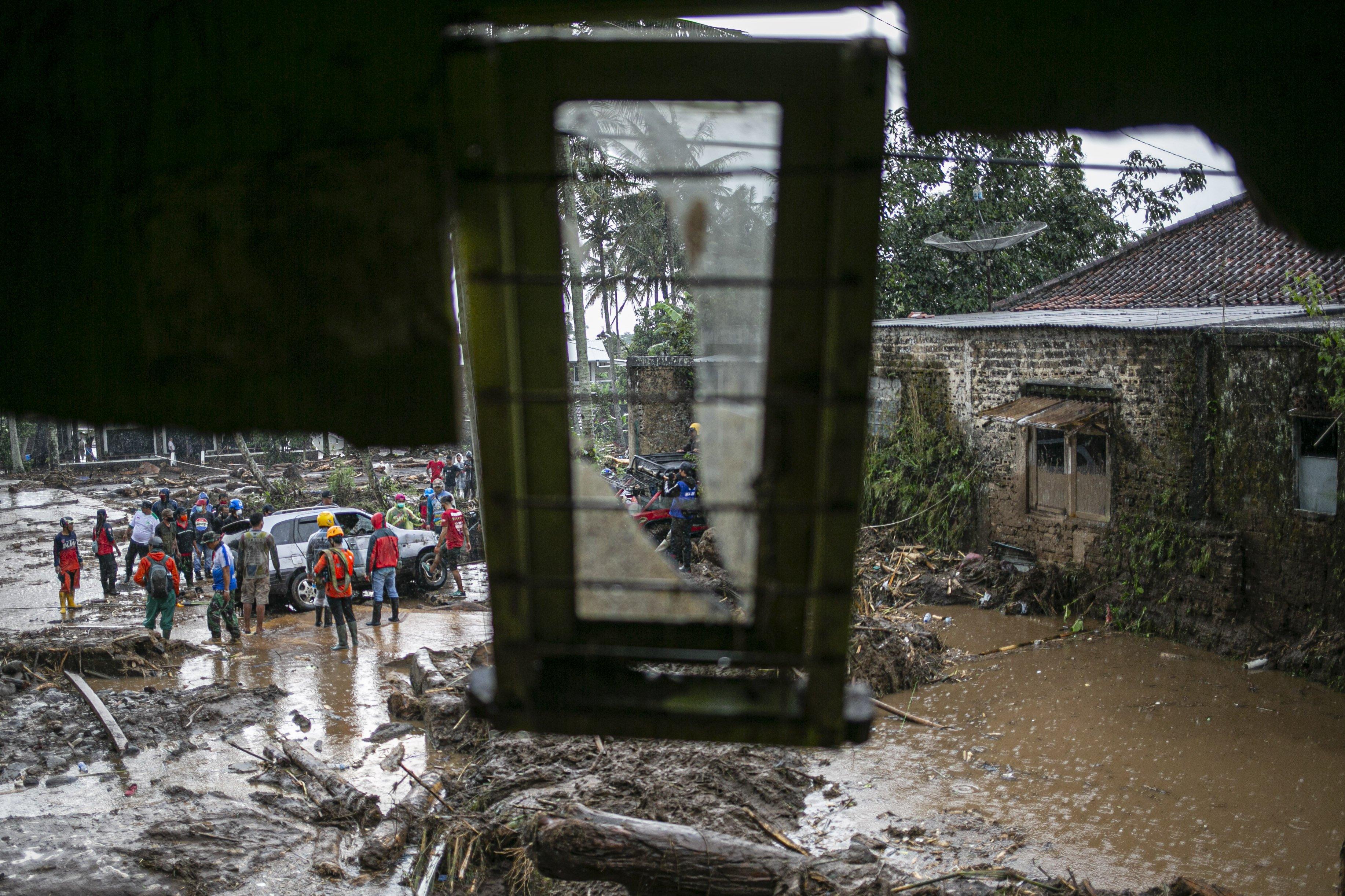 Sejumlah relawan berusaha mengevakuasi mobil yang tester banjir bandang di Kampung Cibuntu, Desa Pasawahan, Kecamatan Cicurug, Sukabumi, Jawa Barat, Selasa (22/9/2020). Data sementara yang dikeluarkan Badan Penanggulangan Bencana Daerah Kabupaten Sukabumi, Jawa Barat, dampak akibat banjir bandang yang terjadi di Kecamatan Cicurug, Senin (21/9), mengakibatkan 12 rumah hanyut dan 85 rumah terendam.
