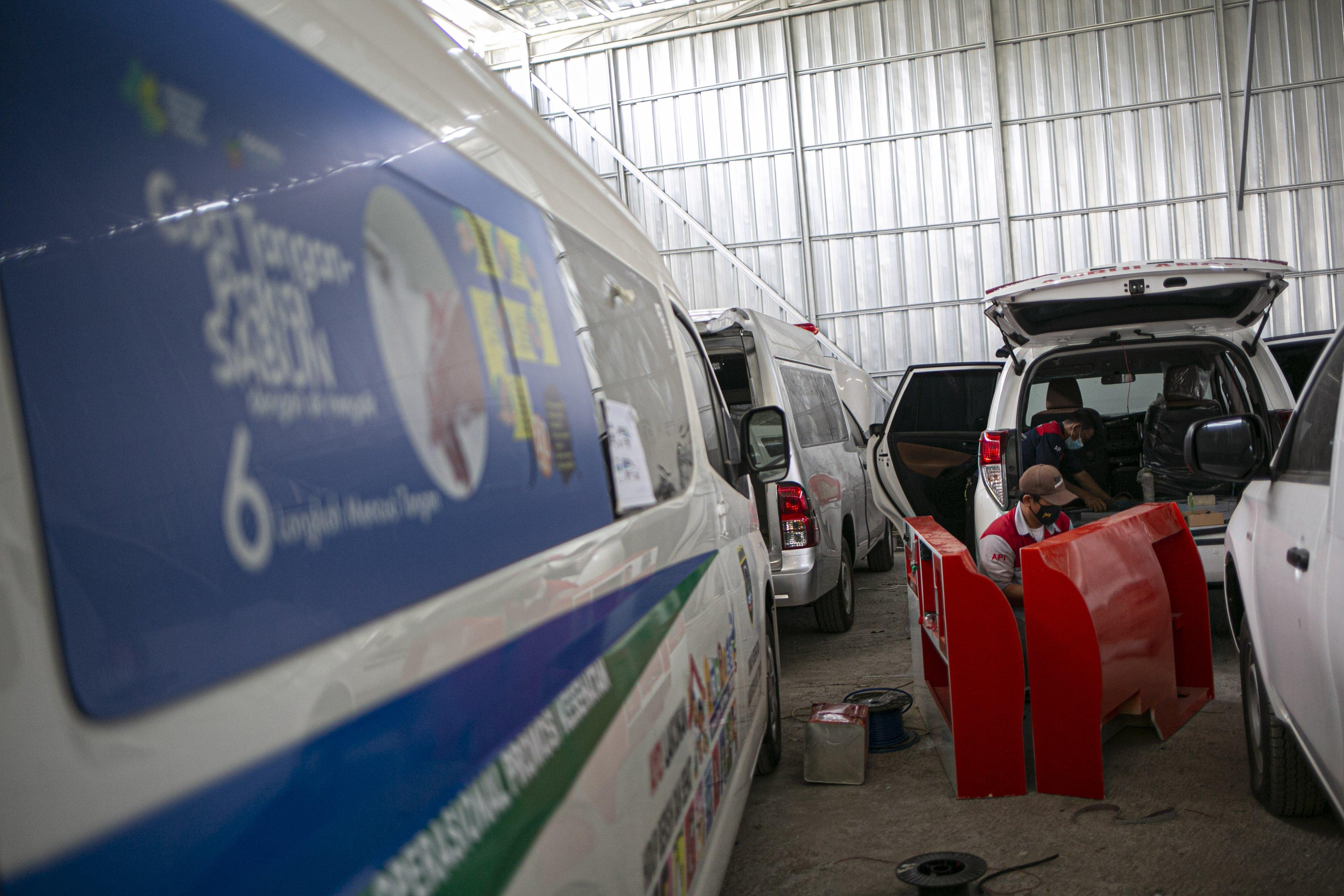 Pekerja menyelesaikan perakitan mobil ambulans di Babelan, Kabupaten Bekasi, Jawa Barat, Rabu (30/9/2020). Perakitan mobil ambulans meningkat 100 persen menjadi 800 unit saat pandemi COVID-19 dengan harga Rp20 juta hingga Rp1,5 milliar.