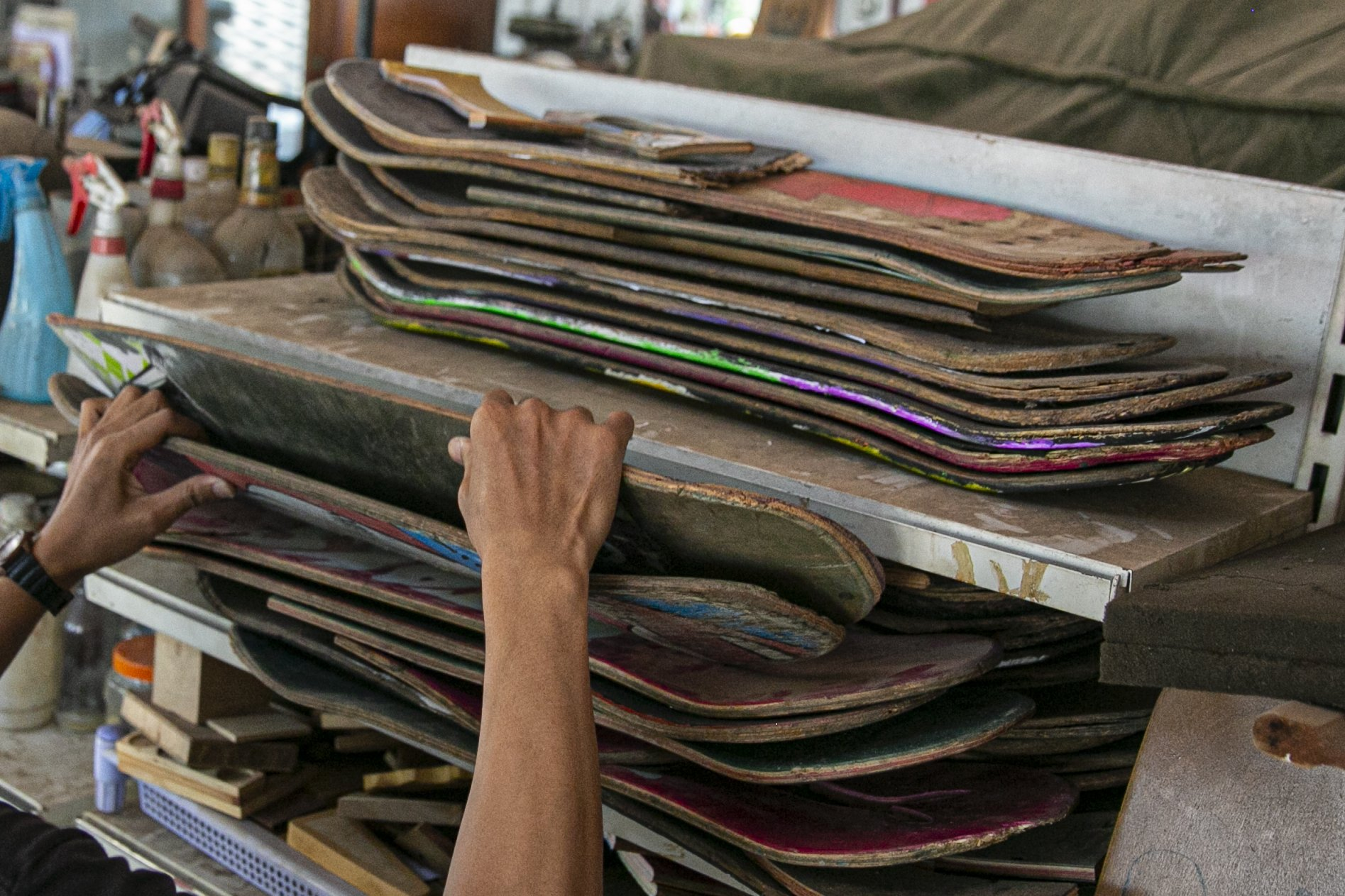 Pendiri brand kacamata Kabau, Reynanto Akhmad Aditya (35) memilih bahan skateboard Untuk pesanan kacamata kayu di workshopnya di kawasan Kramat Jati, Jakarta Timur, Kamis (1/10/2020). Dibuat dari limbah papan skate, produk kacamata tersebut dibandrol dengan harga mulai dari Rp. 1.200.000 hingga Rp. 1.500.000. Tidak hanya menyasar pasar lokal produk kacamata kabau juga sudah merambah ke pasar mancanegara seperti Australia, Amerika, Swiss, dan Jepang.