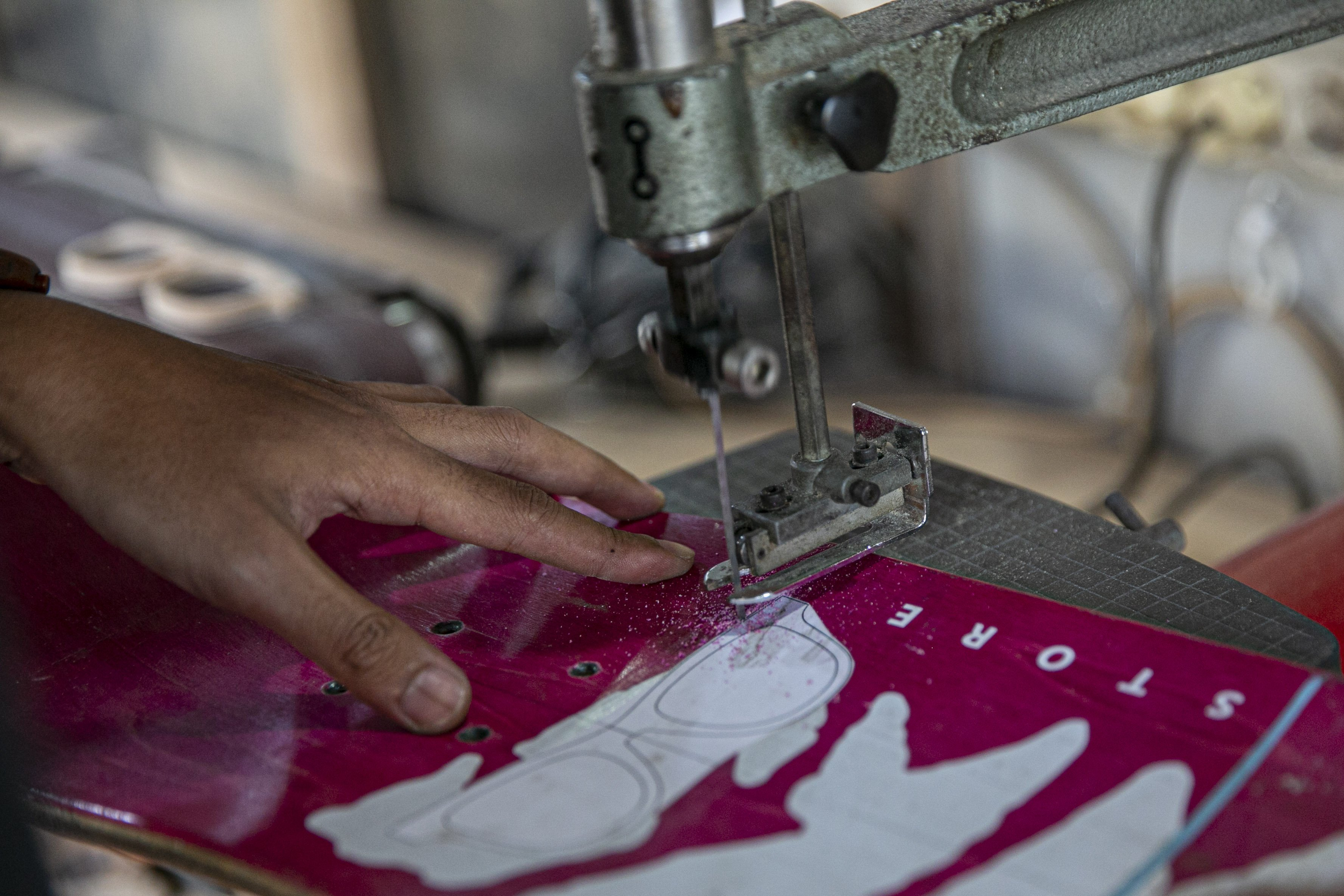 Pendiri brand kacamata Kabau, Reynanto Akhmad Aditya (35) bersama rekannya Bonny Andrew (34) saat menyelesaikan pesanan kacamata kayu di workshopnya di kawasan Kramat Jati, Jakarta Timur, Kamis (1/10/2020). Dibuat dari limbah papan skate, produk kacamata tersebut dibandrol dengan harga mulai dari Rp. 1.200.000 hingga Rp. 1.500.000. Tidak hanya menyasar pasar lokal produk kacamata kabau juga sudah merambah ke pasar mancanegara seperti Australia, Amerika, Swiss, dan Jepang.