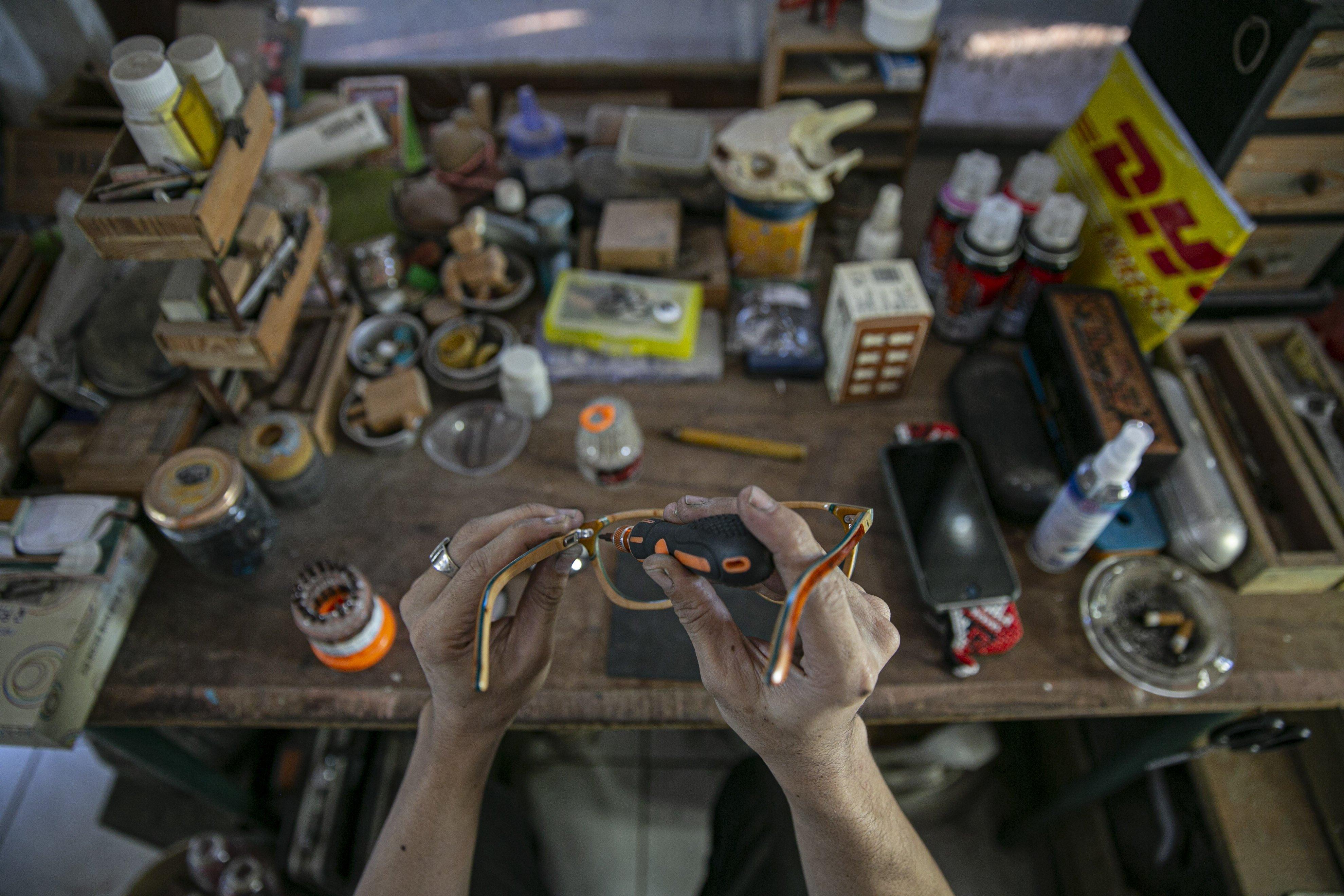 Bonny Andrew (34) memperlihatkan kacamata kayu di workshopnya di kawasan Kramat Jati, Jakarta Timur, Kamis (1/10/2020). Dibuat dari limbah papan skate, produk kacamata tersebut dibandrol dengan harga mulai dari Rp. 1.200.000 hingga Rp. 1.500.000. Tidak hanya menyasar pasar lokal produk kacamata kabau juga sudah merambah ke pasar mancanegara seperti Australia, Amerika, Swiss, dan Jepang.