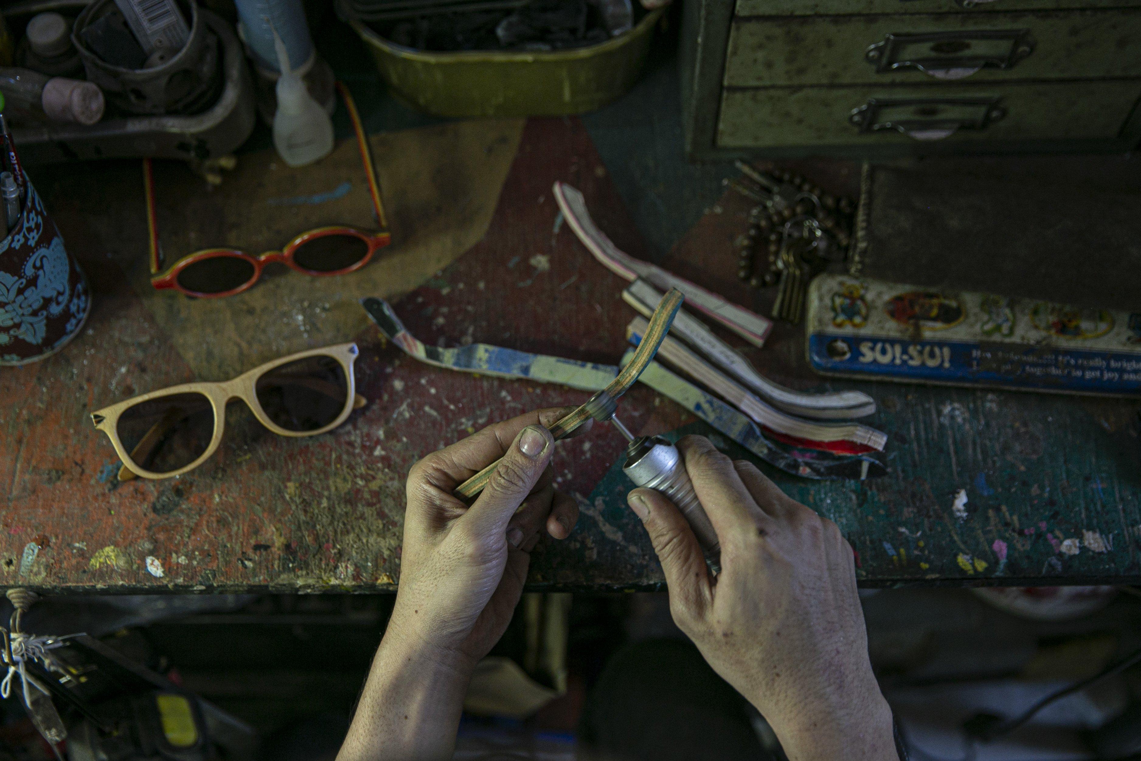 Bonny Andrew (34) menyelesaikan pembuatan kacamata kayu di workshopnya di kawasan Kramat Jati, Jakarta Timur, Kamis (1/10/2020). Dibuat dari limbah papan skate, produk kacamata tersebut dibandrol dengan harga mulai dari Rp. 1.200.000 hingga Rp. 1.500.000. Tidak hanya menyasar pasar lokal produk kacamata kabau juga sudah merambah ke pasar mancanegara seperti Australia, Amerika, Swiss, dan Jepang.