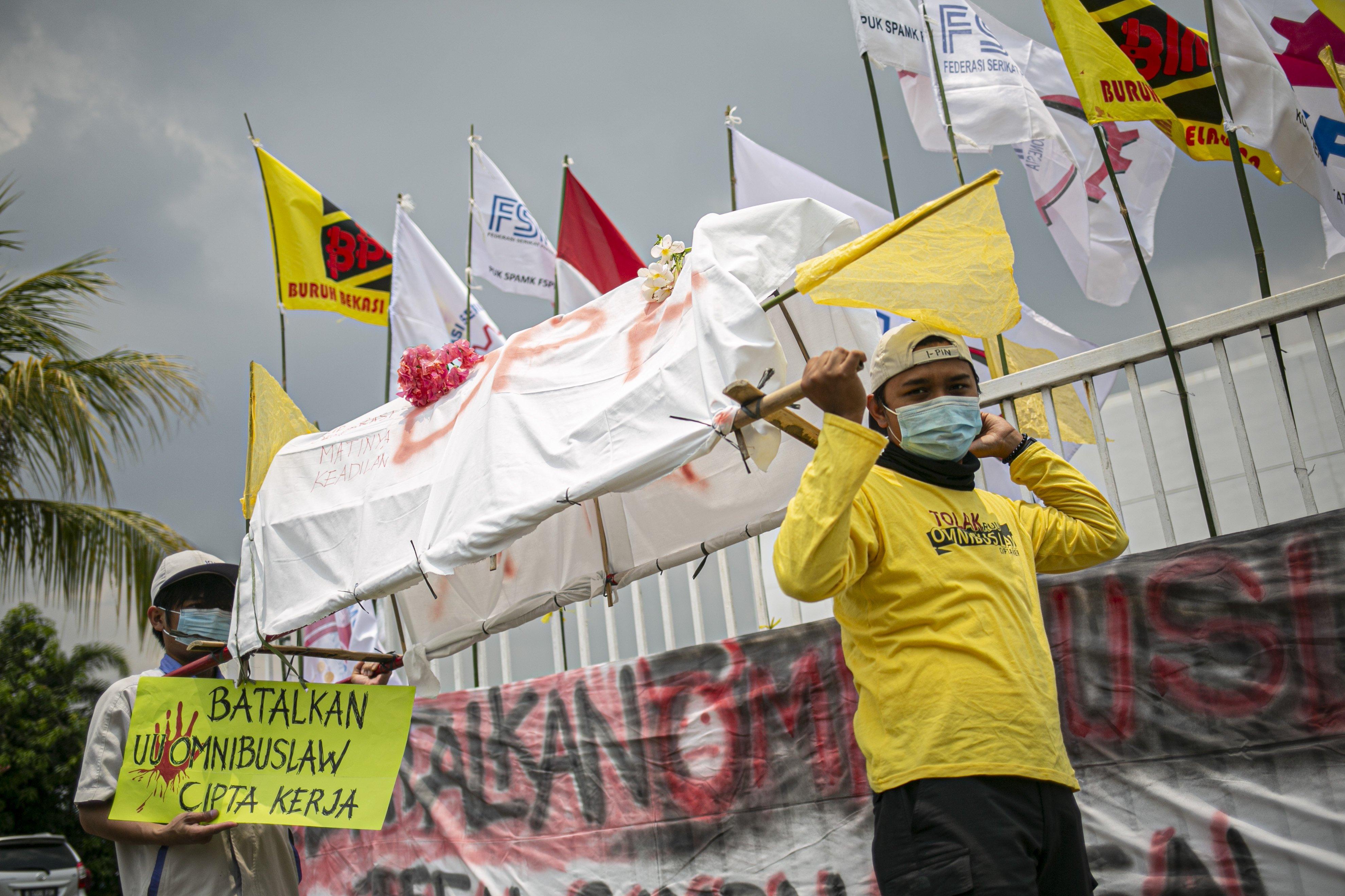 Sejumlah pekerja melakukan aksi teatrikal di Kawasan MM 2100, Cikarang, Kabupaten Bekasi, Selasa (6/10/2020). Aksi mogok kerja tersebut akibat pengesahan RUU Cipta Kerja oleh DPR dan Pemerintah RI.