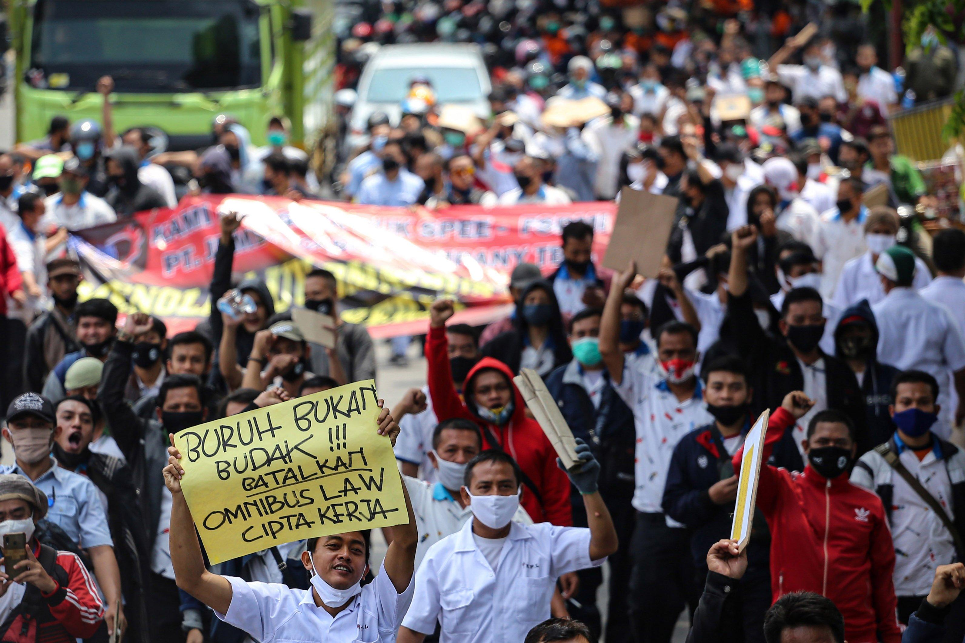 Sejumlah buruh mengikuti aksi long march di kawasan Jatiuwung, Kota Tangerang, Banten, Selasa (6/10/2020). Aksi tersebut sebagai bentuk kekecewaan buruh atas pengesahan Undang-Undang Cipta Kerja yang dianggap merugikan kaum buruh.