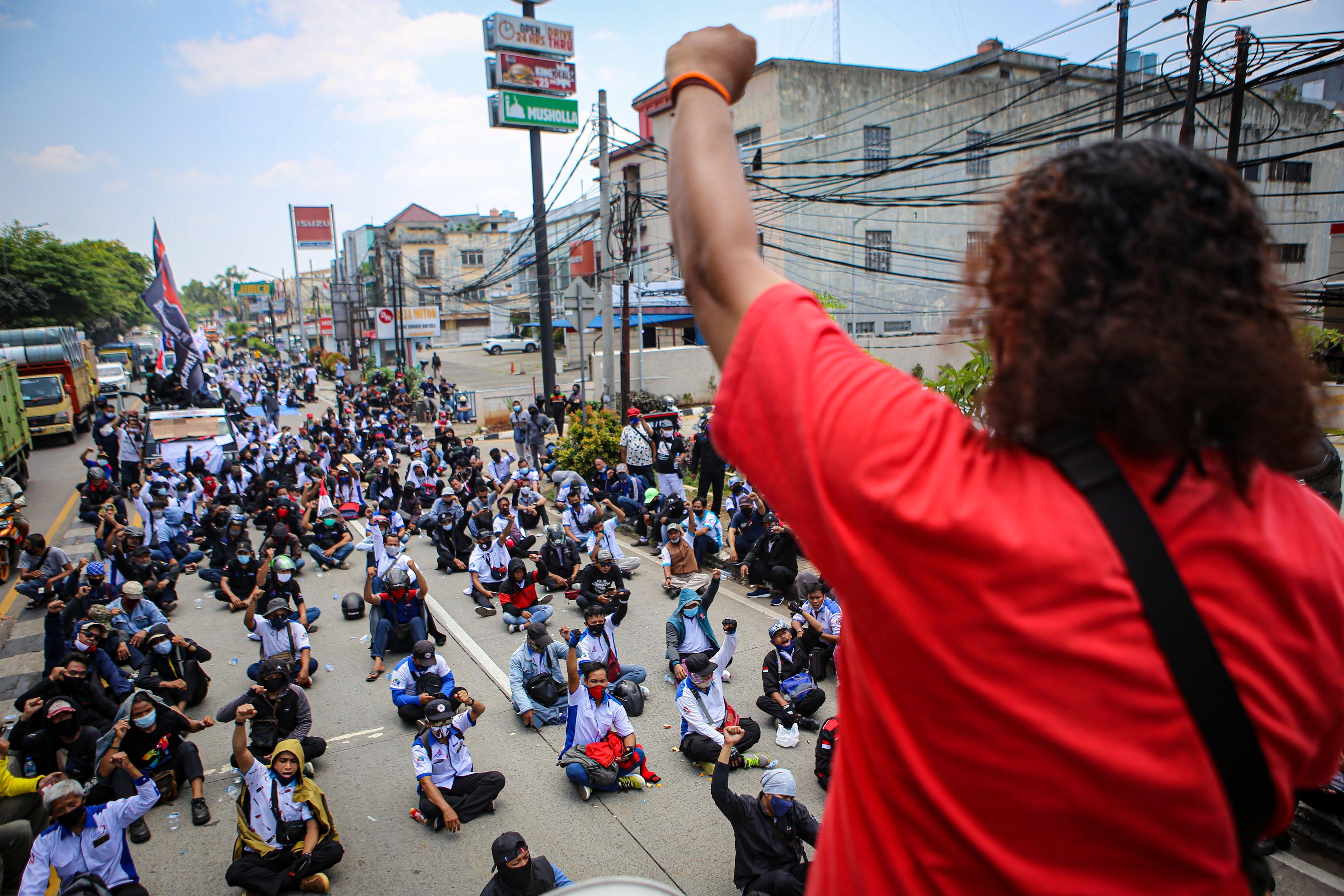 Ratusan buruh berunjuk rasa di kawasan Jatiuwung, Kota Tangerang, Banten, Senin (5/10/2020). Dalam aksinya mereka menolak \'omnibus law\' dan mengancam akan melakukan mogok kerja pada 6-8 Oktober 2020.