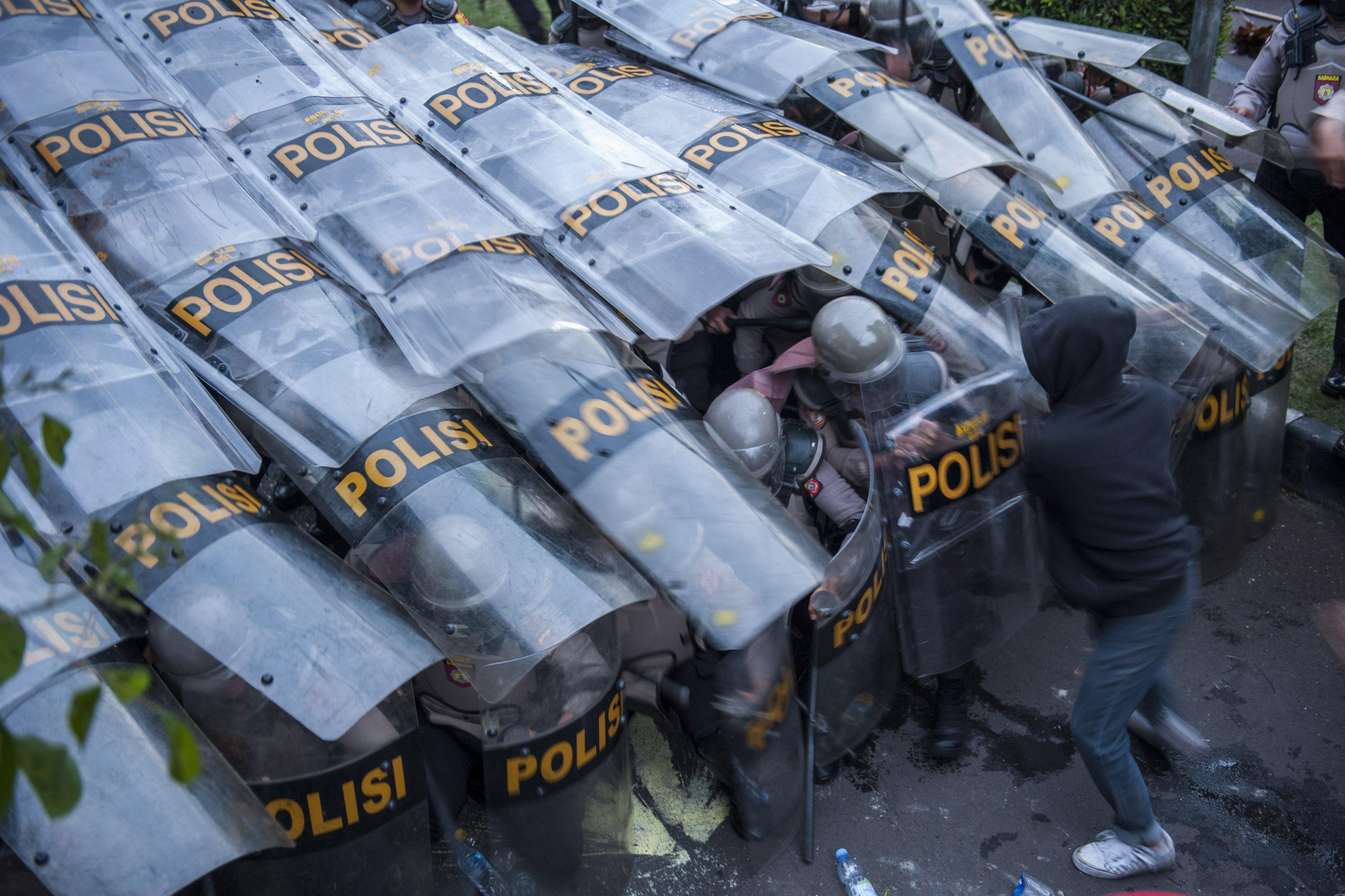 Demonstran menyerang barikade kepolisian saat unjuk rasa tolak Undang-Undang Cipta Kerja, di Depan Gedung DPRD Jawa Barat, Bandung, Jawa Barat, (6/10/2020). Aksi yang menolak, menuntut pembatalan, serta menuntut pembuatan Perppu untuk Undang-Undang Cipta Kerja tersebut berakhir ricuh.