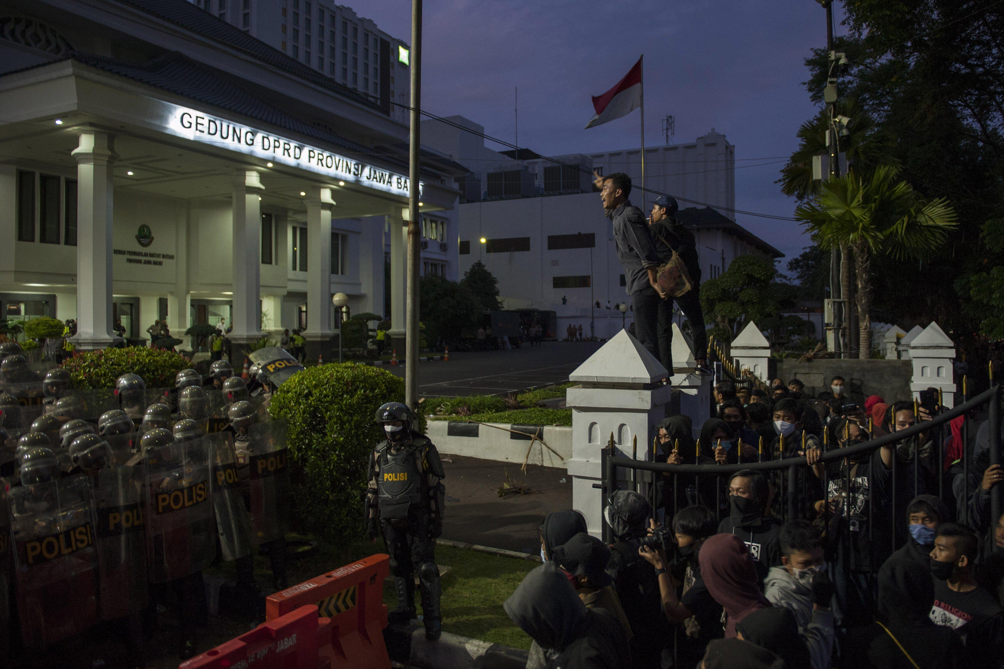 Demonstran melakukan aksi saat unjuk rasa tolak Undang-Undang Cipta Kerja, di Depan Gedung DPRD Jawa Barat, Bandung, Jawa Barat, (6/10/2020). Aksi ini menolak dan menuntut pembatalan serta menuntut pembuatan Perppu untuk Undang-Undang Cipta Kerja tersebut berakhir ricuh. ANTARA FOTO/Arie Nugraha/NA/hp.