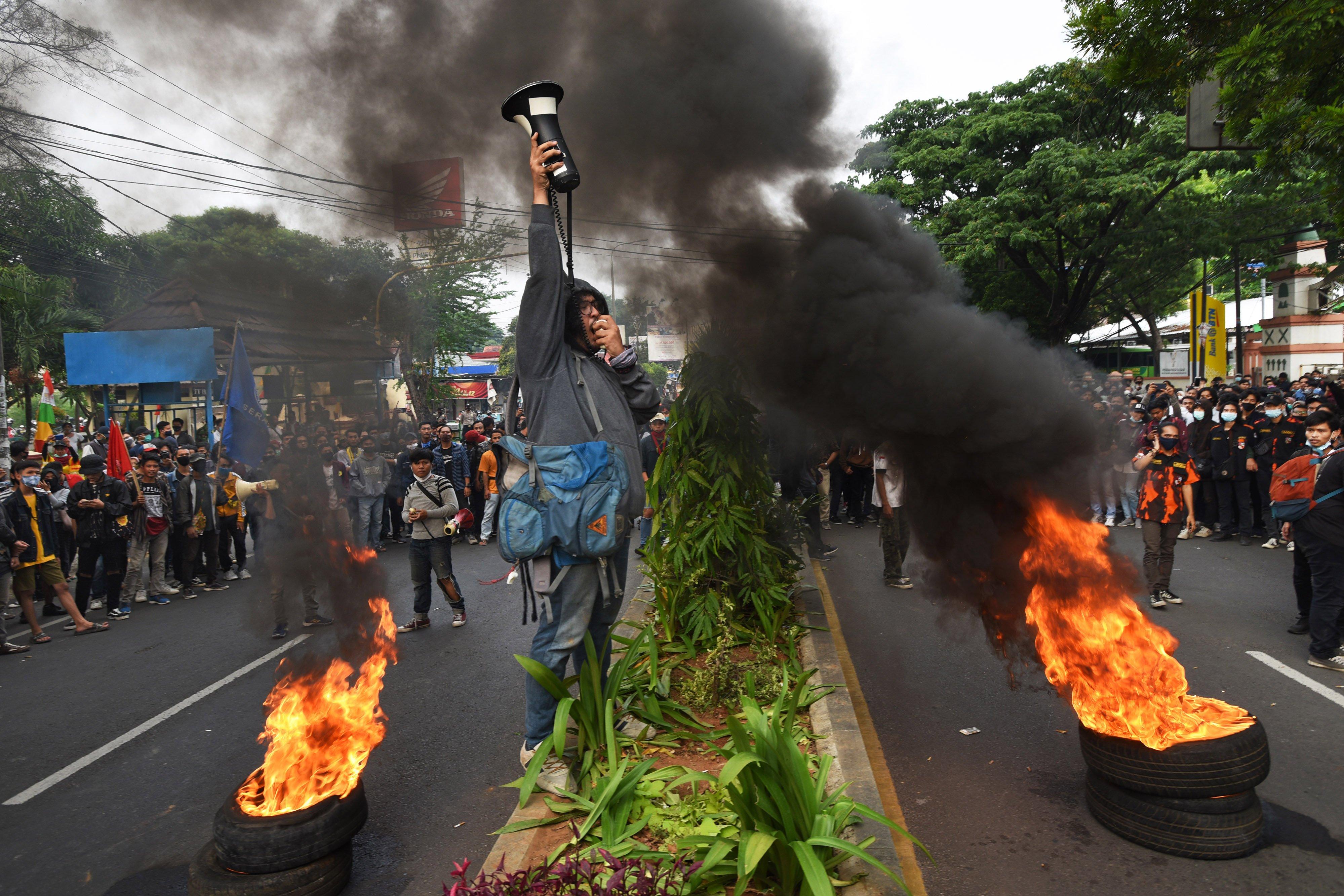 Ratusan mahasiswa dan buruh yang tergabung dalam Aliansi Rakyat Bersatu berunjuk rasa menolak pengesahan Omnibus Law Undang-undang Cipta Kerja, di Alun-alun Serang, Banten, Selasa (6/10/2020). Mereka mendesak pemerintah dan DPR membatalkan Undang-undang tersebut serta menyerukan semua lapisan masyarakat untuk menolaknya karena dinilai sangat merugikan buruh. ANTARA FOTO/Asep Fathulrahman/hp.