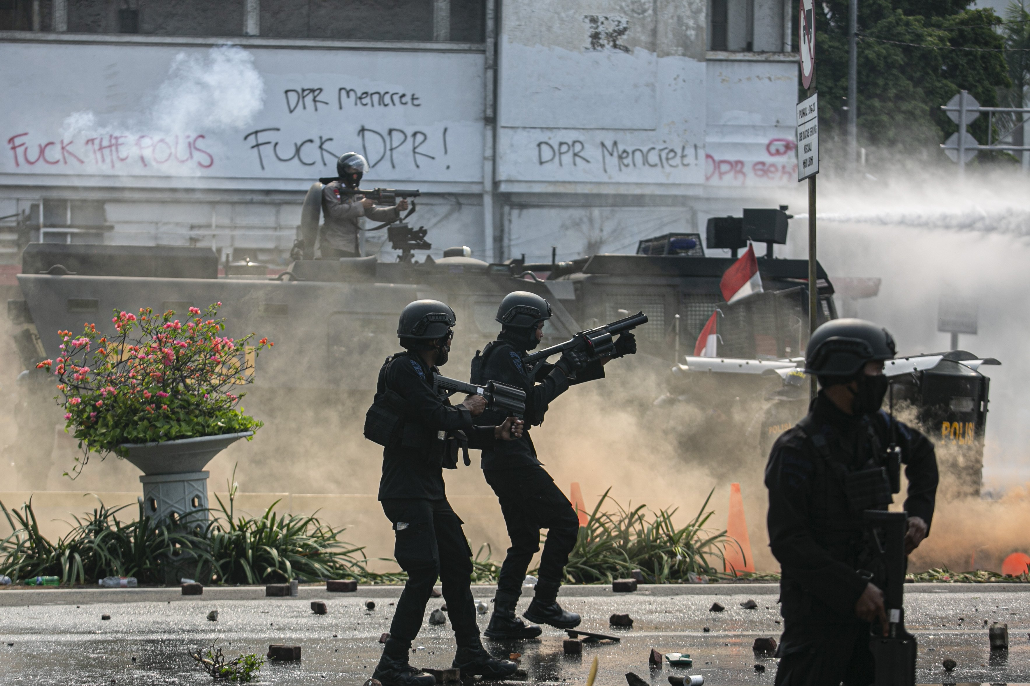 Petugas kepolisian membubarkan Massa Aksi told Omnibus Law dengan menembakan gas air mata di Kawasan Harmoni, Jakarta Pusat, Kamis (8/10/2020). Aksi tersebut berujung bentrok dengan aparat kepolisian.