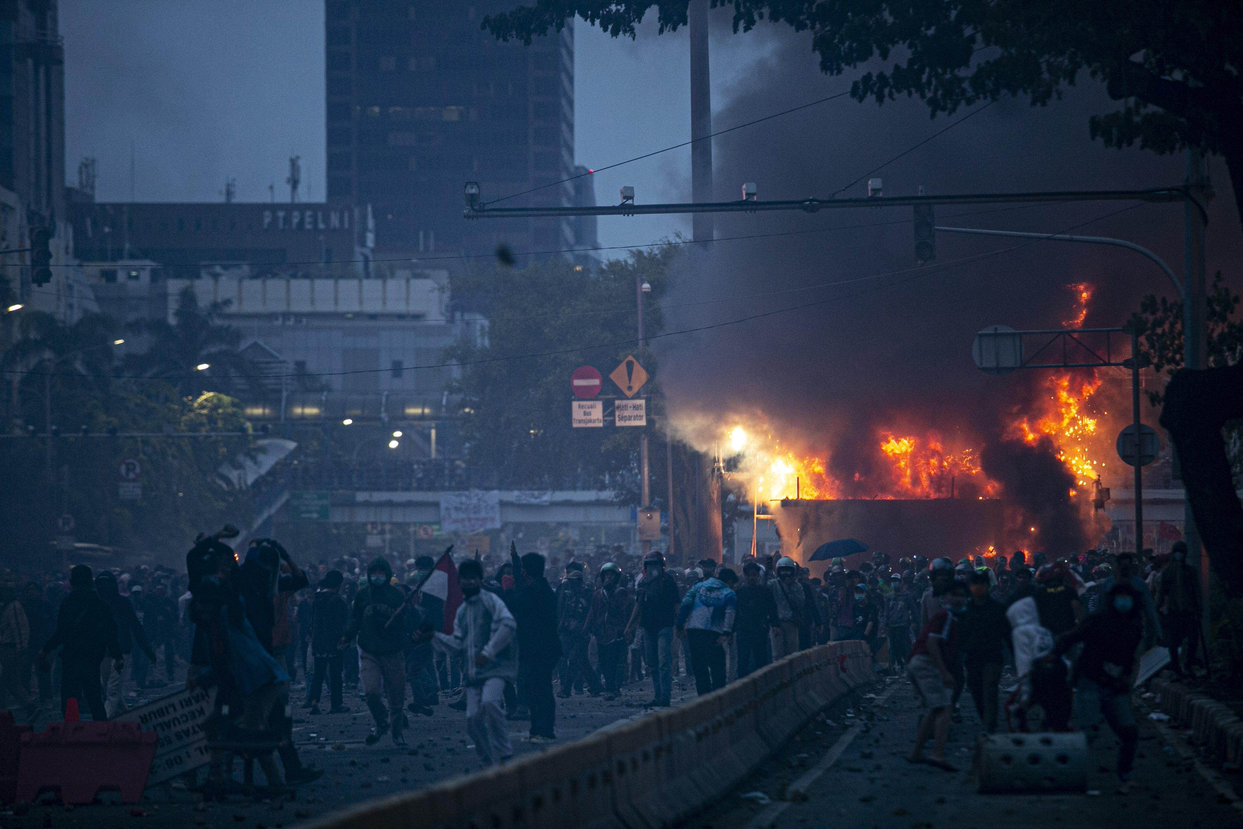 Suasana aksi tolak Omnibus Law di Kawasan Harmoni, Jakarta Pusat, Kamis (8/10/2020). Aksi tersebut berujung bentrok dengan aparat kepolisian.