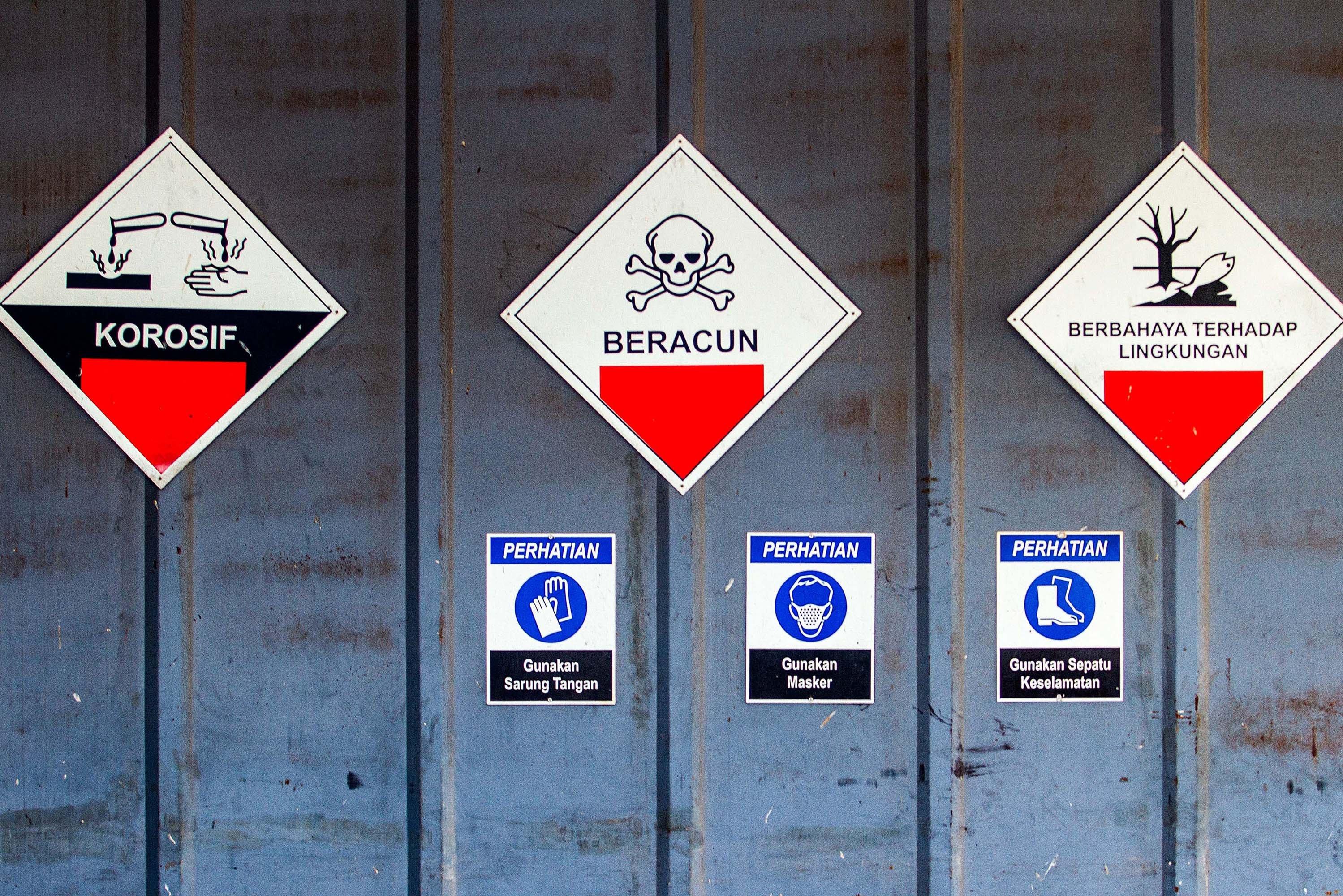 Tanda peringatan terpasang di gerbang tempat penyimpanan sementara residu atau abu hasil pembakaran limbah medis infeksius di PT Jasa Medivest, Plant Dawuan, Karawang, Jawa Barat.