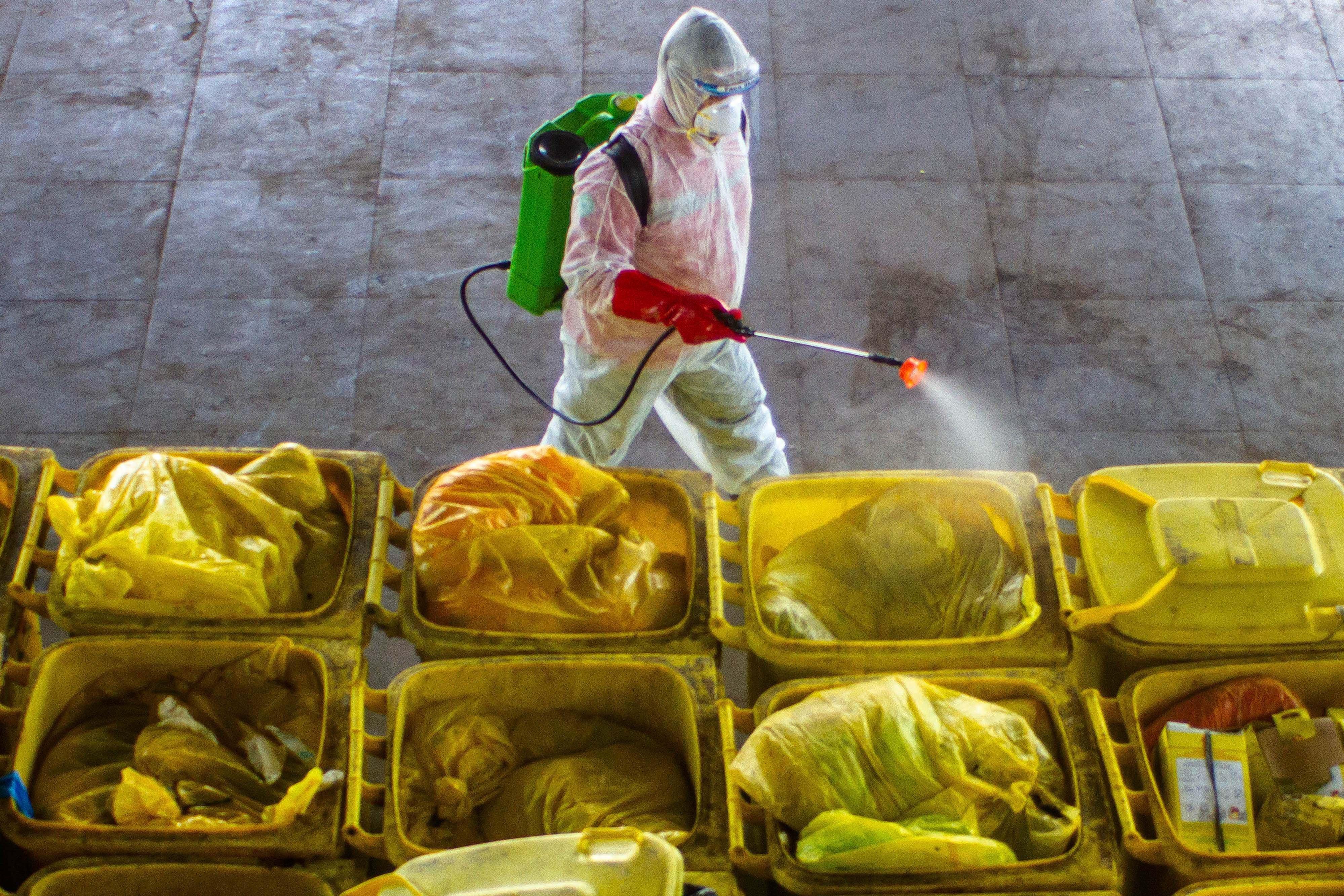 Petugas mengoperasikan salah satu bagian mesin incinerator saat pembakaran limbah medis infeksius di PT Jasa Medivest, Plant Dawuan, Karawang, Jawa Barat.
