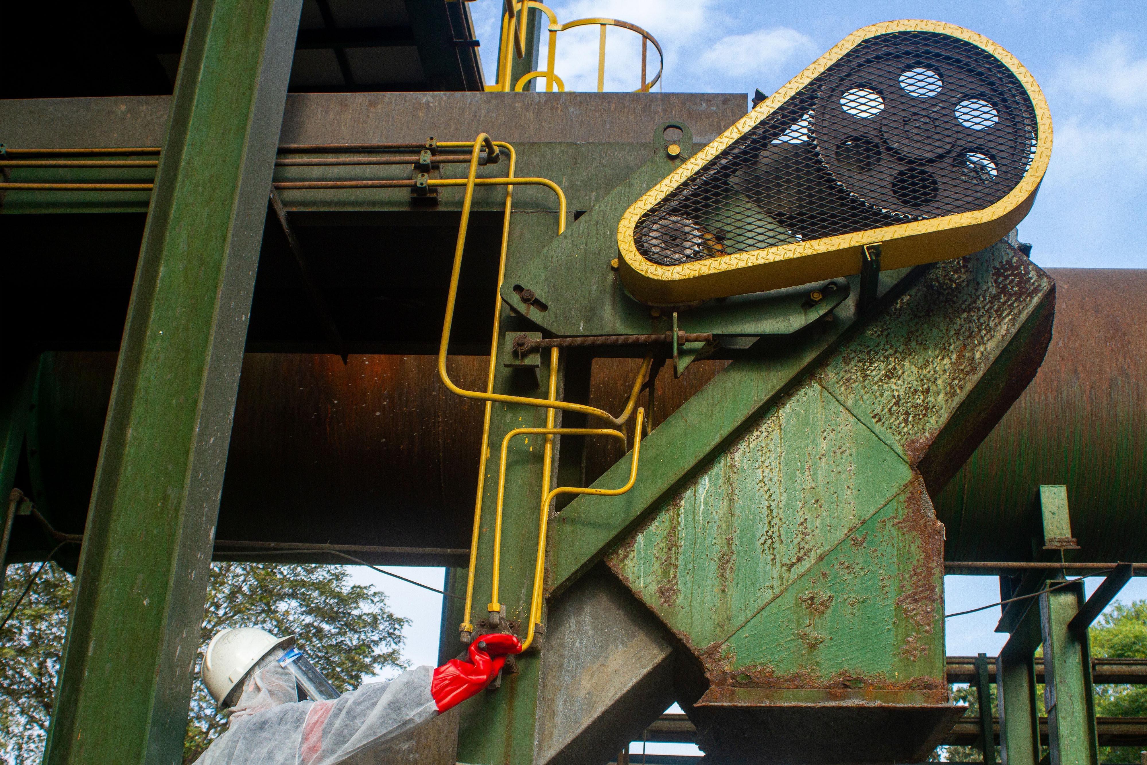 Petugas memeriksa fungsi sistem mesin Incinerator untuk pembakaran limbah infeksius di PT Jasa Medivest, Plant Dawuan, Karawang, Jawa Barat.