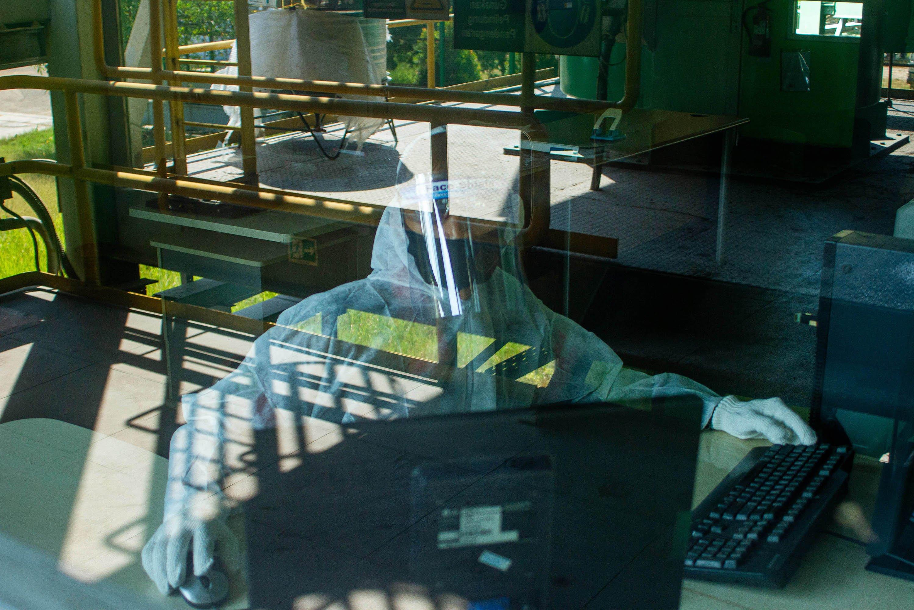 Petugas memeriksa fungsi sistem kerja mesin Incinerator untuk pembakaran limbah infeksius di PT Jasa Medivest, Plant Dawuan, Karawang, Jawa Barat.