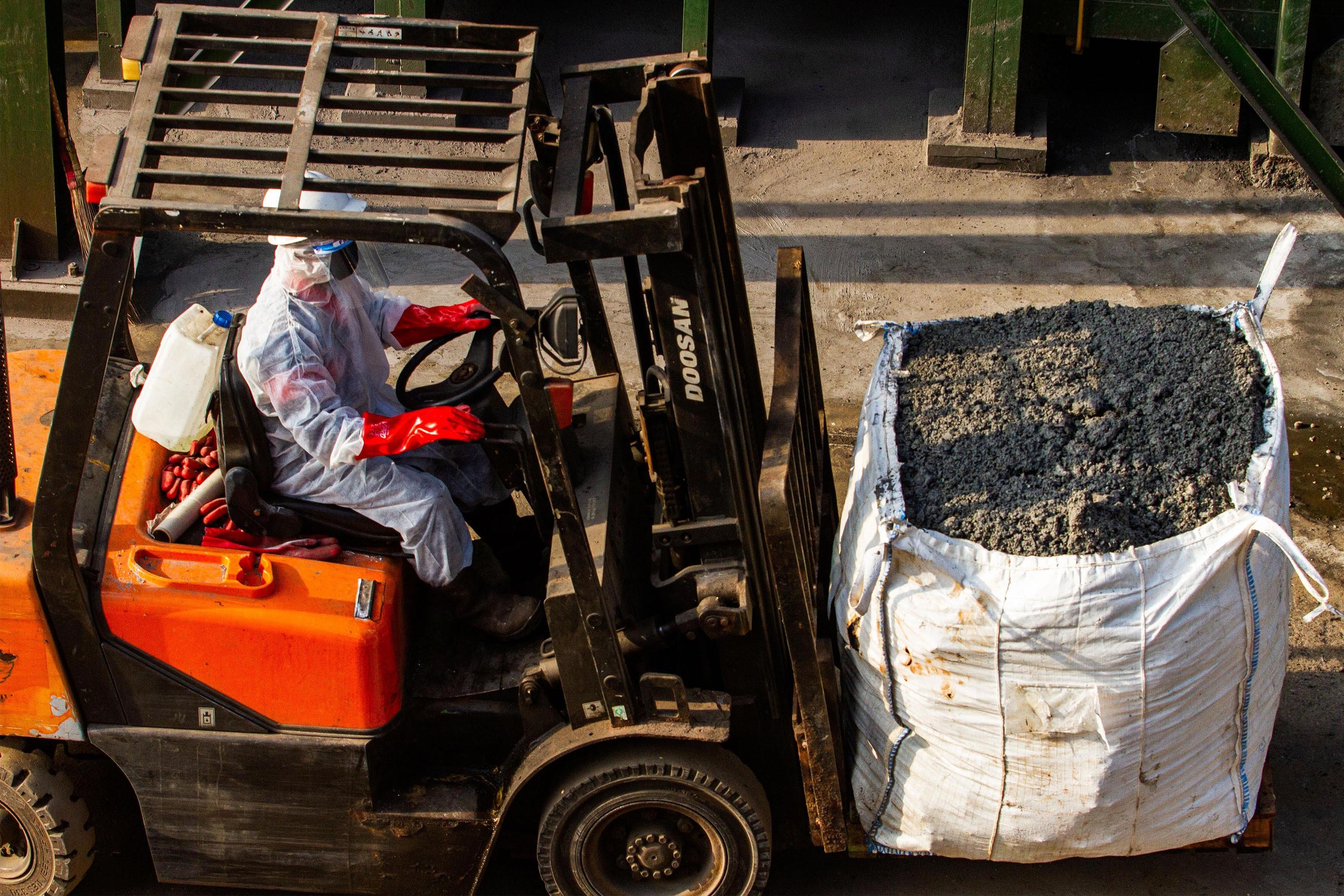Petugas membawa residu atau abu hasil pembakaran limbah medis infeksius di PT Jasa Medivest, Plant Dawuan, Karawang, Jawa Barat.