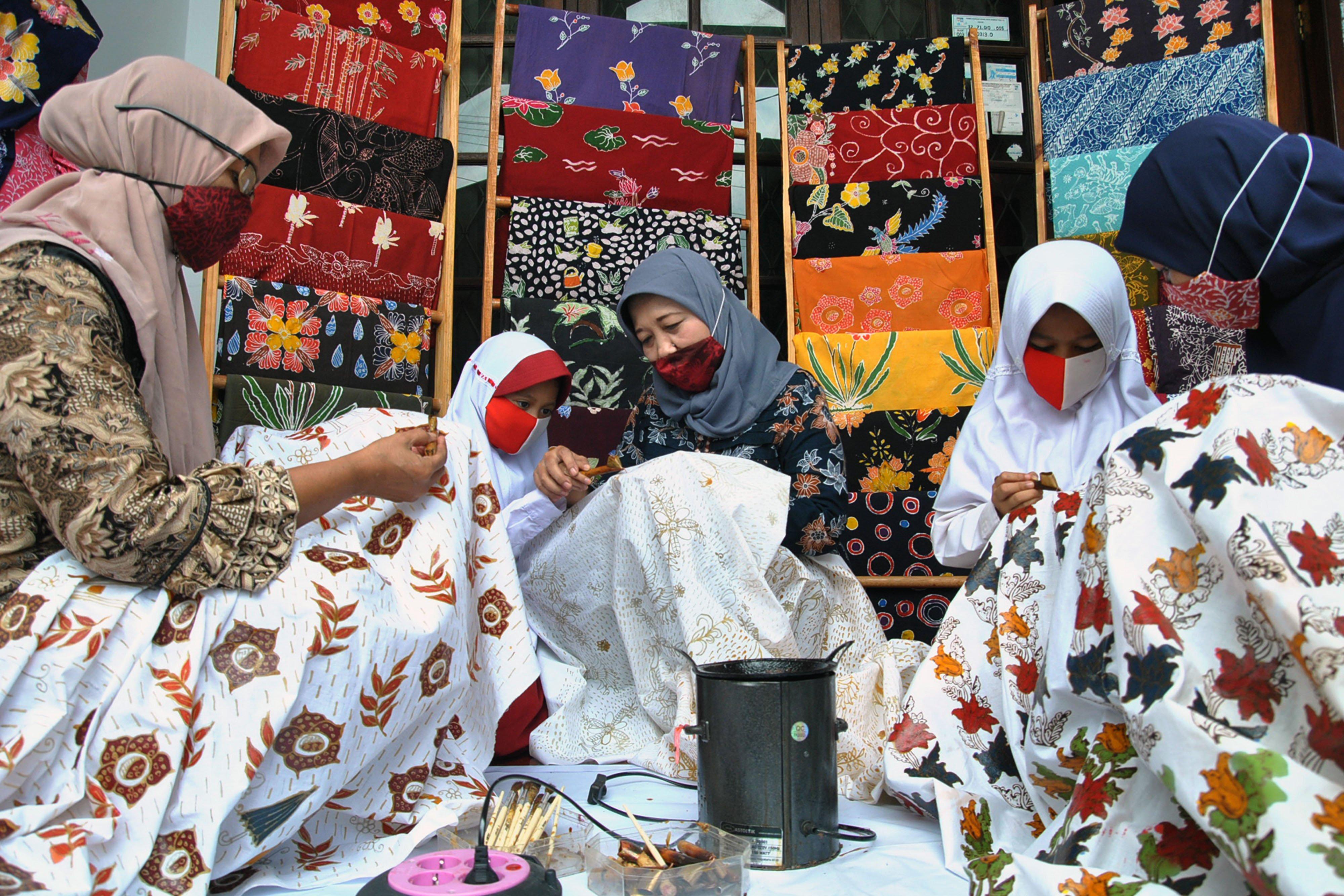 Perajin mengajarkan siswa SD membatik di Kampung Batik Neglasari, Cibuluh, Kota Bogor, Jawa Barat, Jumat (2/10/2020). Kegiatan belajar membatik dan menari di kampung batik Cibuluh tersebut selain untuk mengisi waktu di masa pandemi COVID-19 sekaligus mengenalkan dan melestarikan budaya serta batik tulis khas Bogor kepada generasi muda. ANTARA FOTO/Arif Firmansyah/wsj.