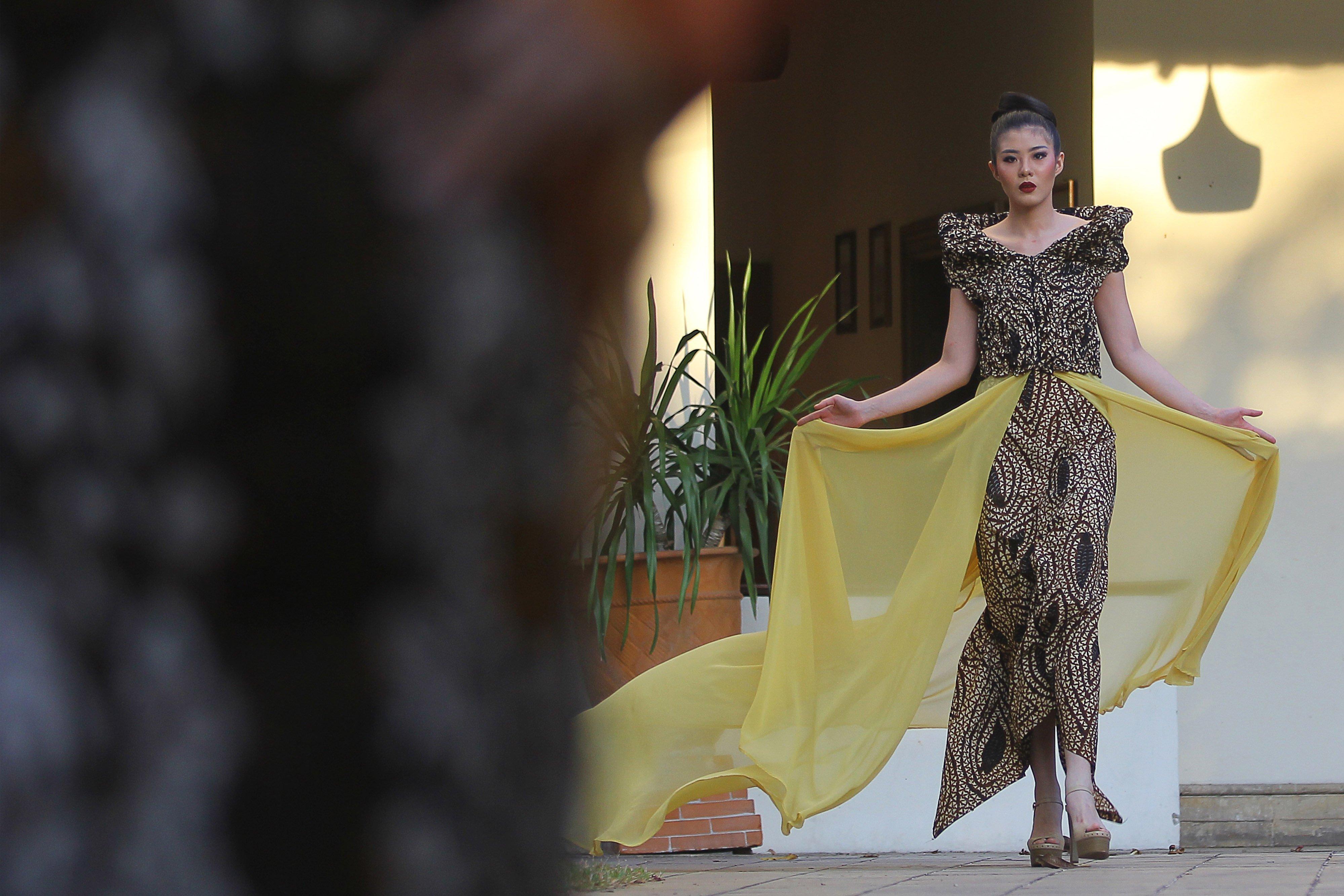 Model memperagakan busana dari bahan kain batik rancangan Embran Nawawi saat perayaan Hari Batik Nasional di Surabaya, Jawa Timur, Jumat (2/10/2020). Perayaan Hari Batik Nasional bertajuk \