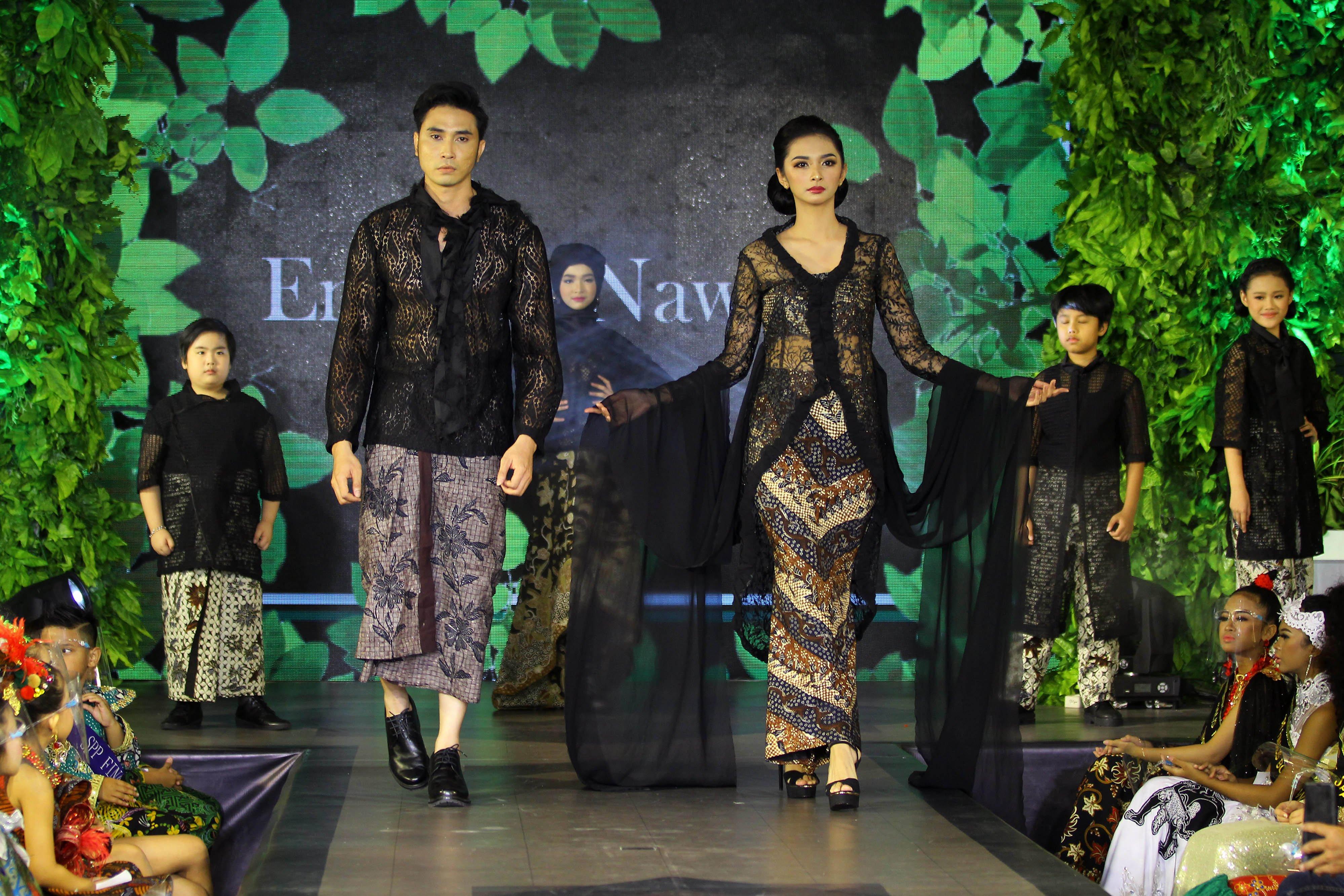 Model memeragakan busana rancangan Embran Nawawi saat Parade Designer Show bertajuk Mystical Elegance di Surabaya, Jawa Timur, Minggu (11/10/2020). Peragaan busana yang diikuti delapan desainer tersebut bertujuan untuk mengangkat potensi dan kreasi dari khazanah batik-batik di Jawa Timur. ANTARA FOTO/Moch Asim/aww.