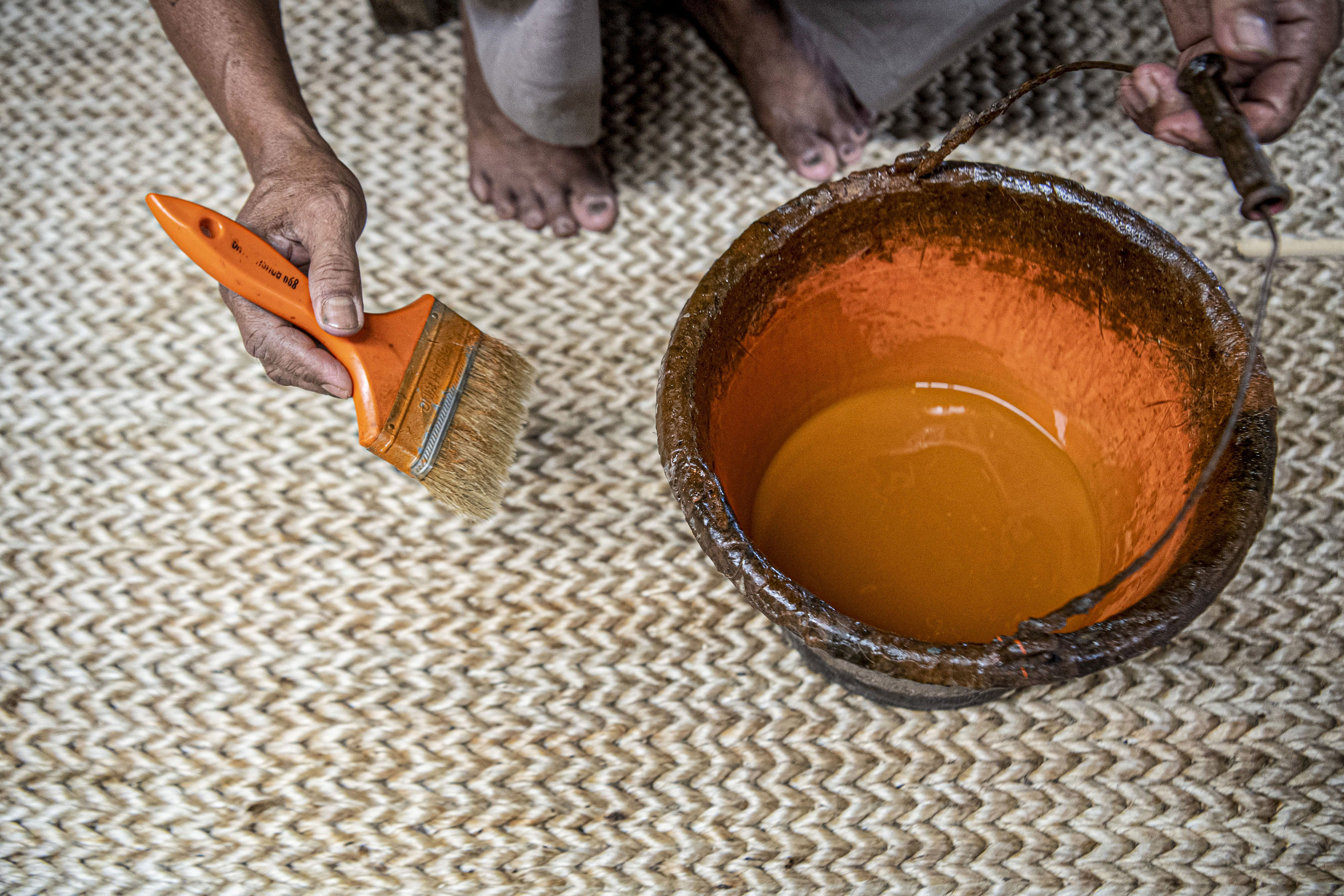 Pekerja mewarnai karpet yang terbuat dari serat pohon pisang (abaca fiber) di bengkel anyam Djunaedi.