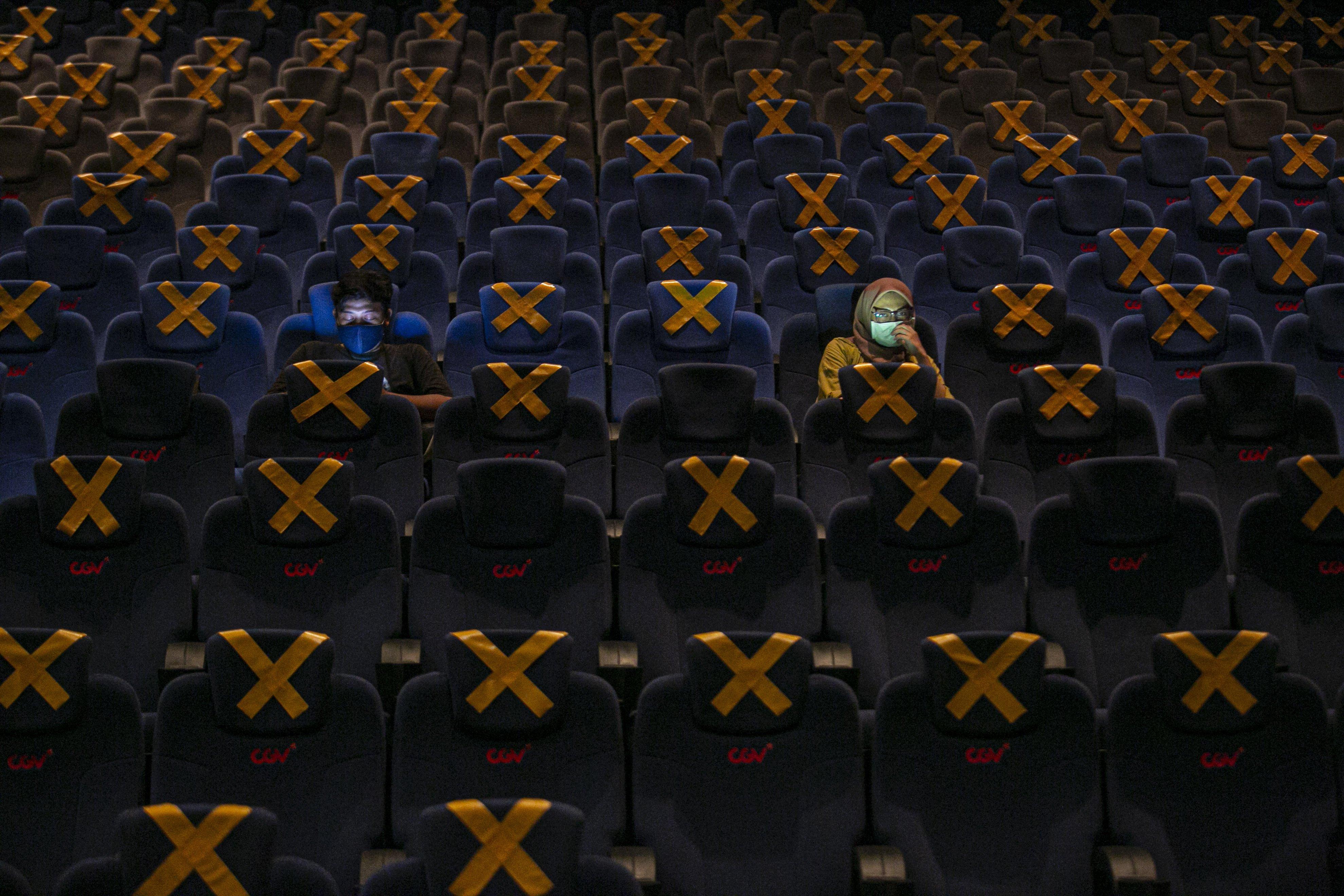 Pengunjung menyaksikan film di bioskop CGV Grand Indonesia Jakarta Pusat, Rabu, (21/10/2020). Sejumlah bioskop di Ibu Kota kembali beroperasi per hari Rabu (21/10/2020) setelah mendapatkan izin dari Pemprov DKI Jakarta dengan jumlah penonton dibatasi maksimal 25 persen dari total kapasitas. Pihak bioskop menerapkan protokol kesehatan yang ketat dan tidak memperkenankan pengunjung untuk makan di dalam ruang bioskop.