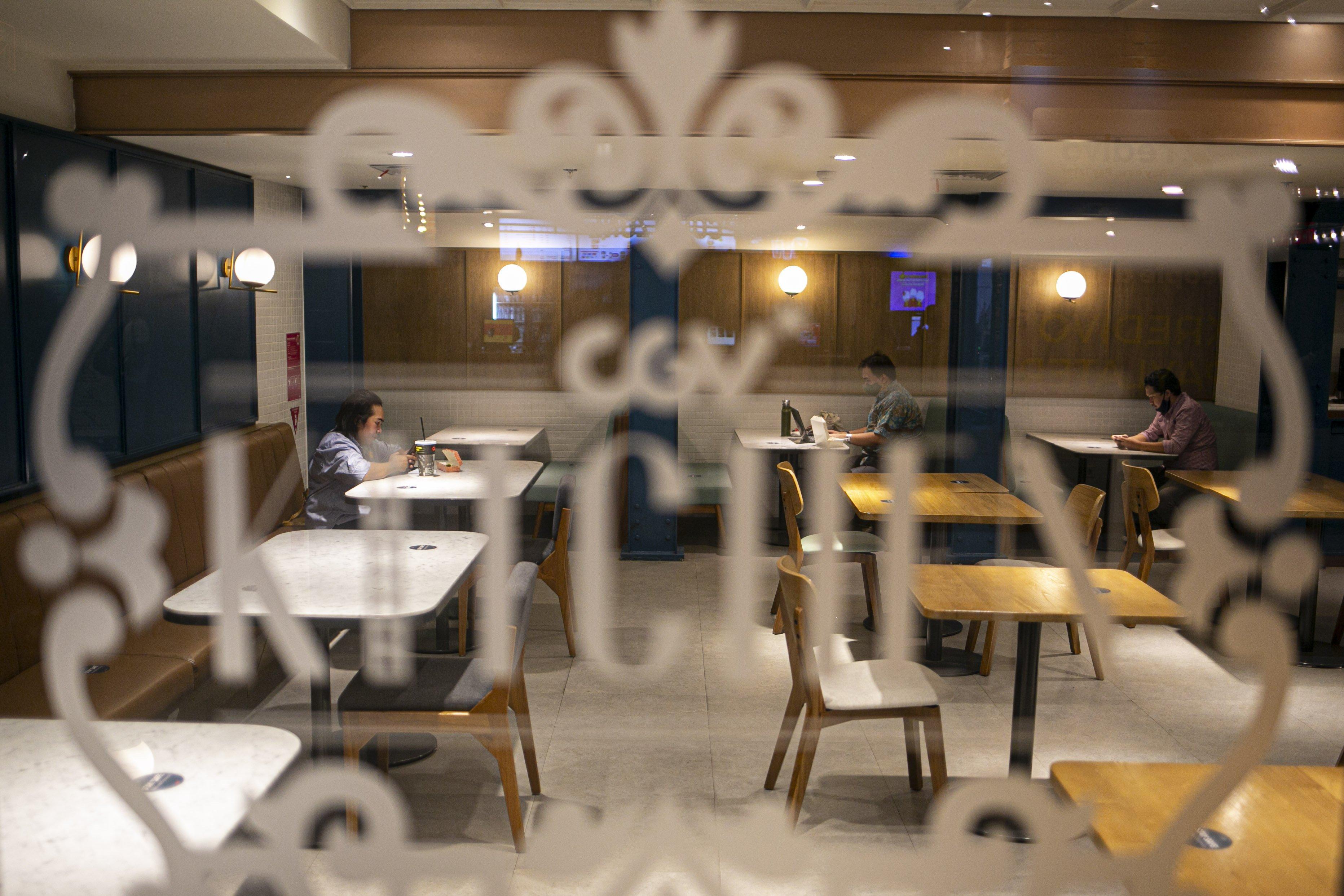 Pengunjung beraktivitas di restoran kawasan bioskop CGV Grand Indonesia Jakarta Pusat, Rabu, (21/10/2020). Sejumlah bioskop di Ibu Kota kembali beroperasi per hari Rabu (21/10/2020) setelah mendapatkan izin dari Pemprov DKI Jakarta dengan jumlah penonton dibatasi maksimal 25 persen dari total kapasitas. Pihak bioskop menerapkan protokol kesehatan yang ketat dan tidak memperkenankan pengunjung untuk makan di dalam ruang bioskop.