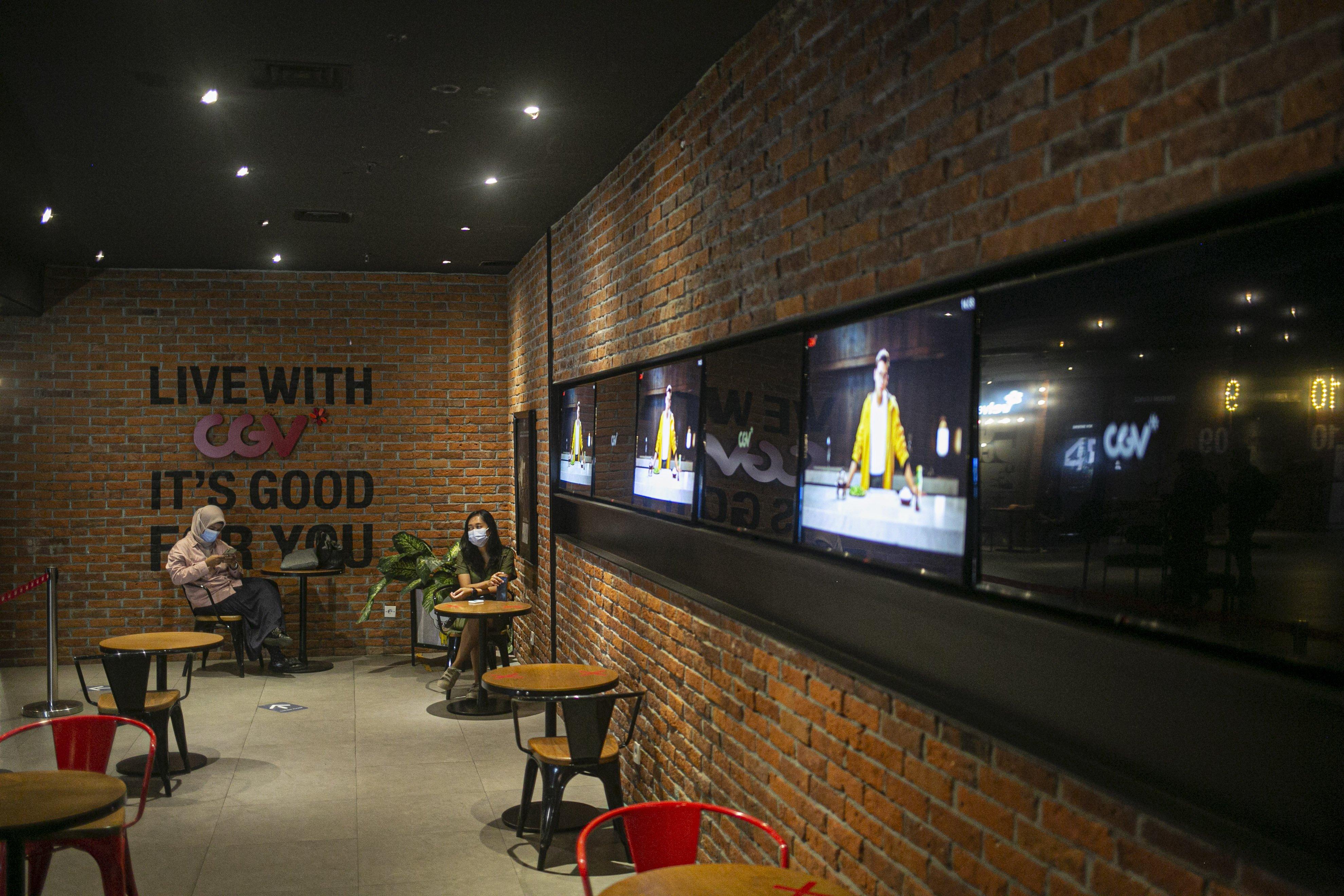 Pengunjung menanti waktu pemutaran film di bioskop CGV Grand Indonesia Jakarta Pusat, Rabu, (21/10/2020). Sejumlah bioskop di Ibu Kota kembali beroperasi per hari Rabu (21/10/2020) setelah mendapatkan izin dari Pemprov DKI Jakarta dengan jumlah penonton dibatasi maksimal 25 persen dari total kapasitas. Pihak bioskop menerapkan protokol kesehatan yang ketat dan tidak memperkenankan pengunjung untuk makan di dalam ruang bioskop.