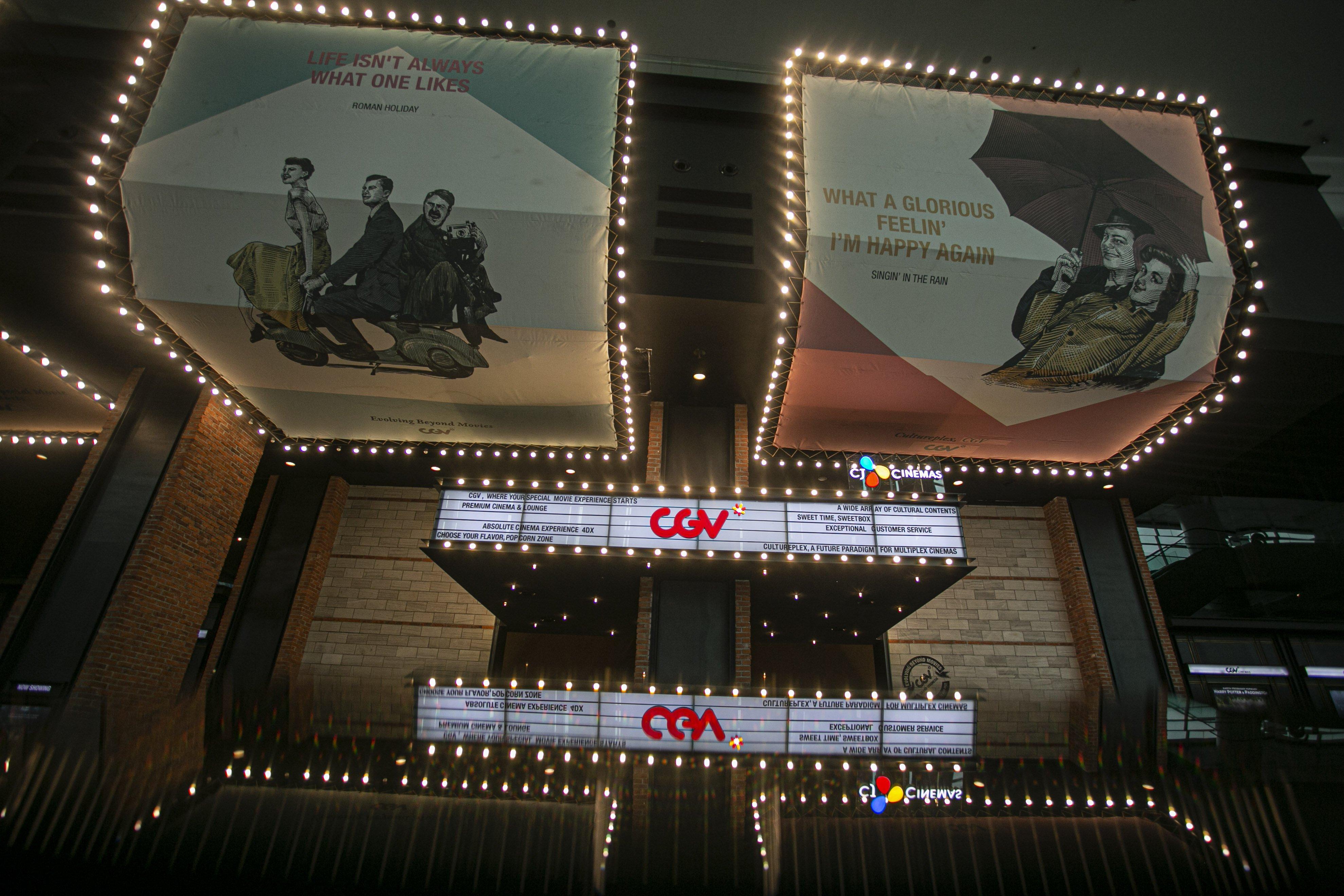 Pengunjung memasuki bioskop CGV Grand Indonesia Jakarta Pusat, Rabu, (21/10/2020). Sejumlah bioskop di Ibu Kota kembali beroperasi per hari Rabu (21/10/2020) setelah mendapatkan izin dari Pemprov DKI Jakarta dengan jumlah penonton dibatasi maksimal 25 persen dari total kapasitas. Pihak bioskop menerapkan protokol kesehatan yang ketat dan tidak memperkenankan pengunjung untuk makan di dalam ruang bioskop.