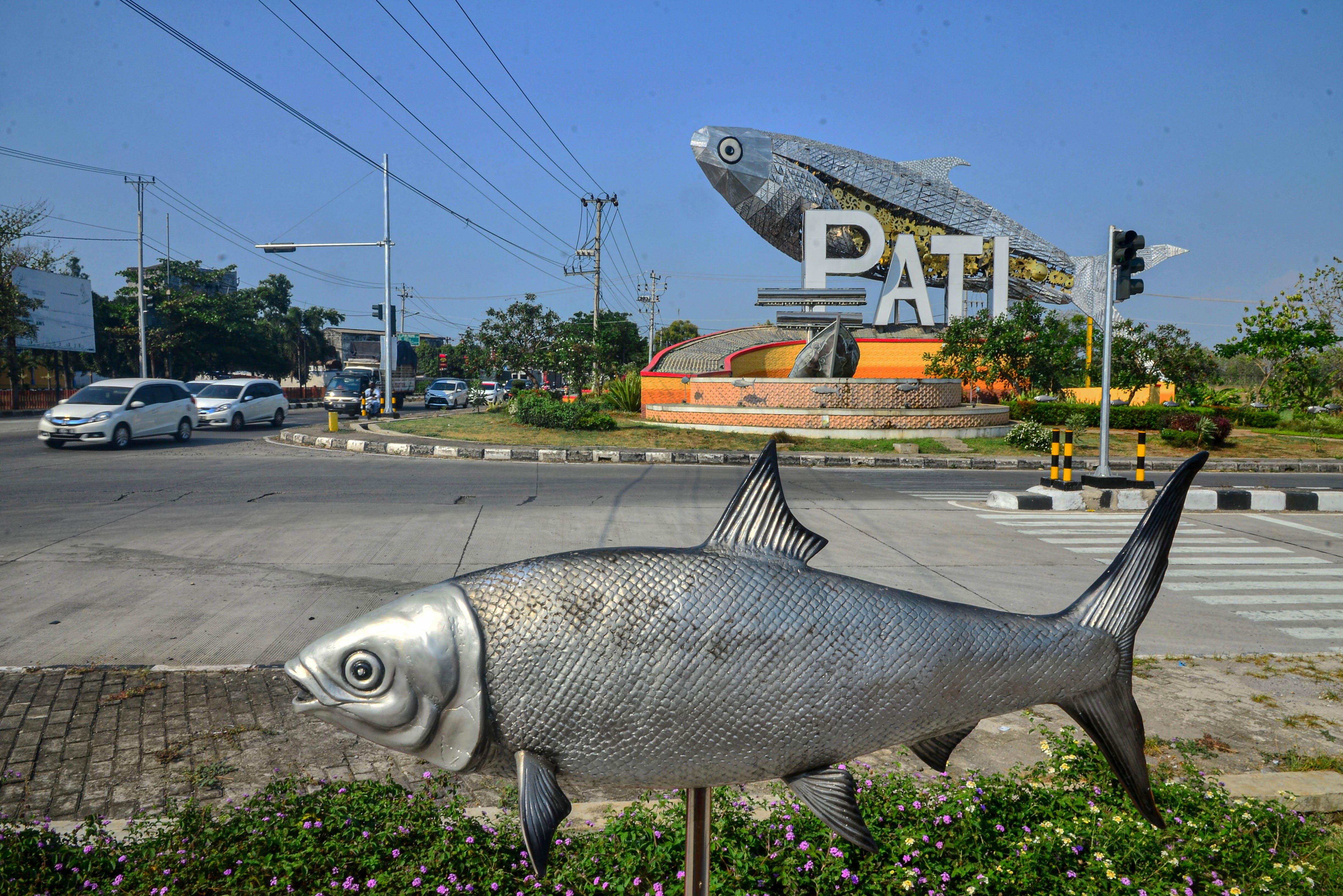 Landmark ikan bandeng sebagai identitas daerah penghasil ikan bandeng di Pati, Jawa Tengah.